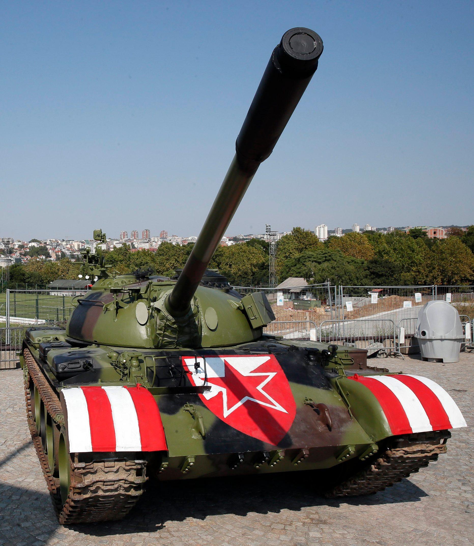Tenk ispred stadiona Crvene zvezde u Beogradu