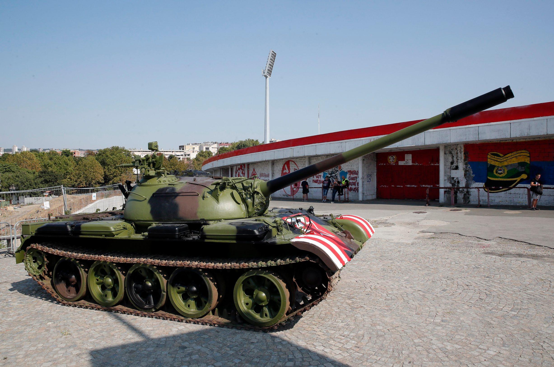 Beograd, 270819.  Crvena zvezda uoci uzvratne utakmice s Young Boys-ima na ulasku na sjevernu tribinu Marakane postavila tenk.  Foto: Pedja Milosavljevic / CROPIX