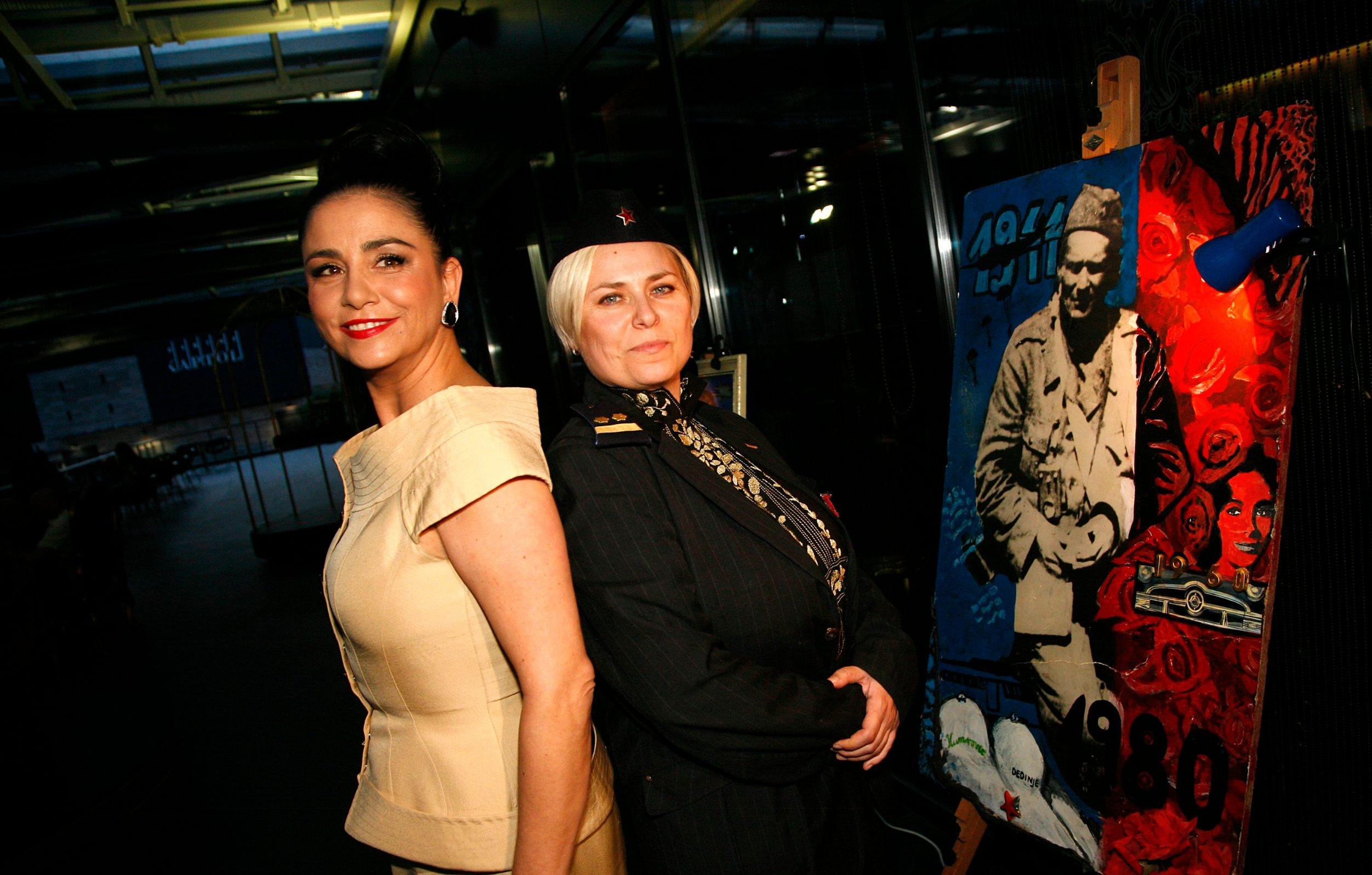 Zagreb,250510 Tito party i izlozba Sandre Jurak Pop-art u Cascade centru u Pos baru. Na fotografiji: Alka Vuica kao Jovanka Broz i autorica Sandra Jurak. Foto: Ranko Suvar / CROPIX