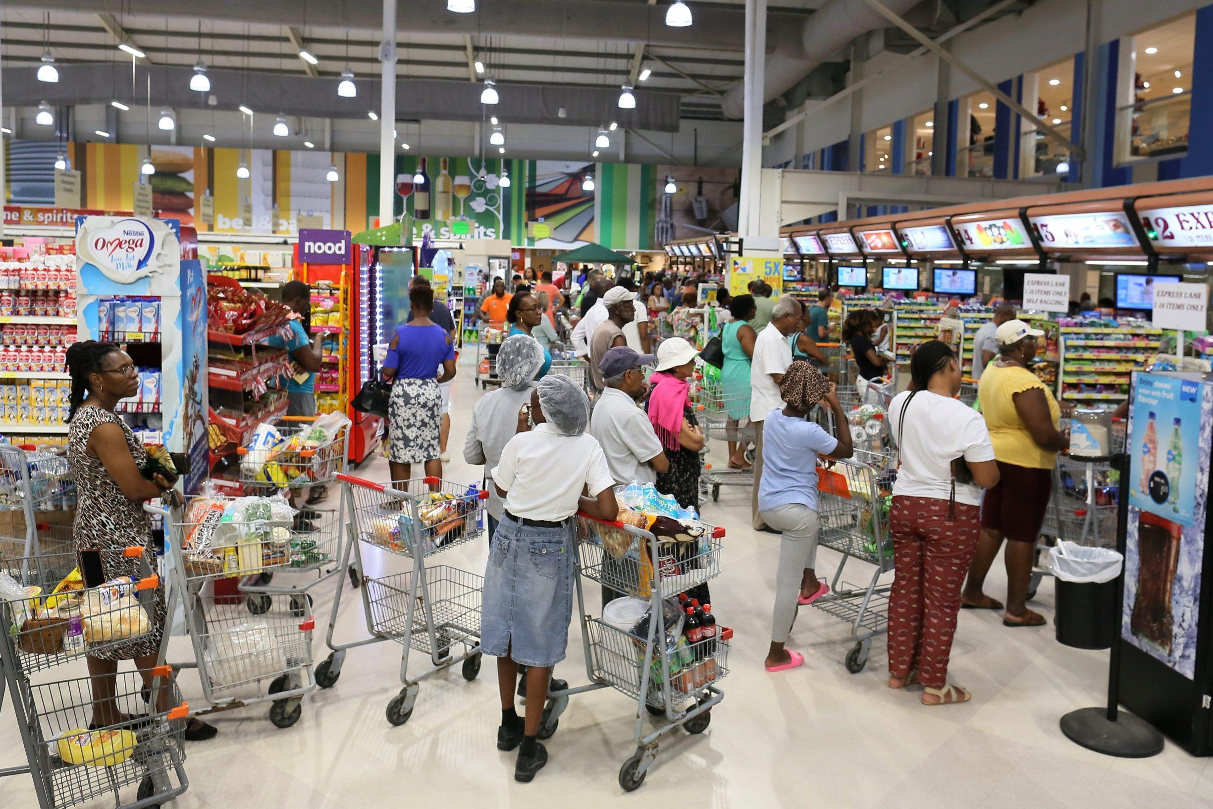 Gužva u supermarketu u Bridgetownu u Barbadosu zbog dolaska tropske oluje Dorian