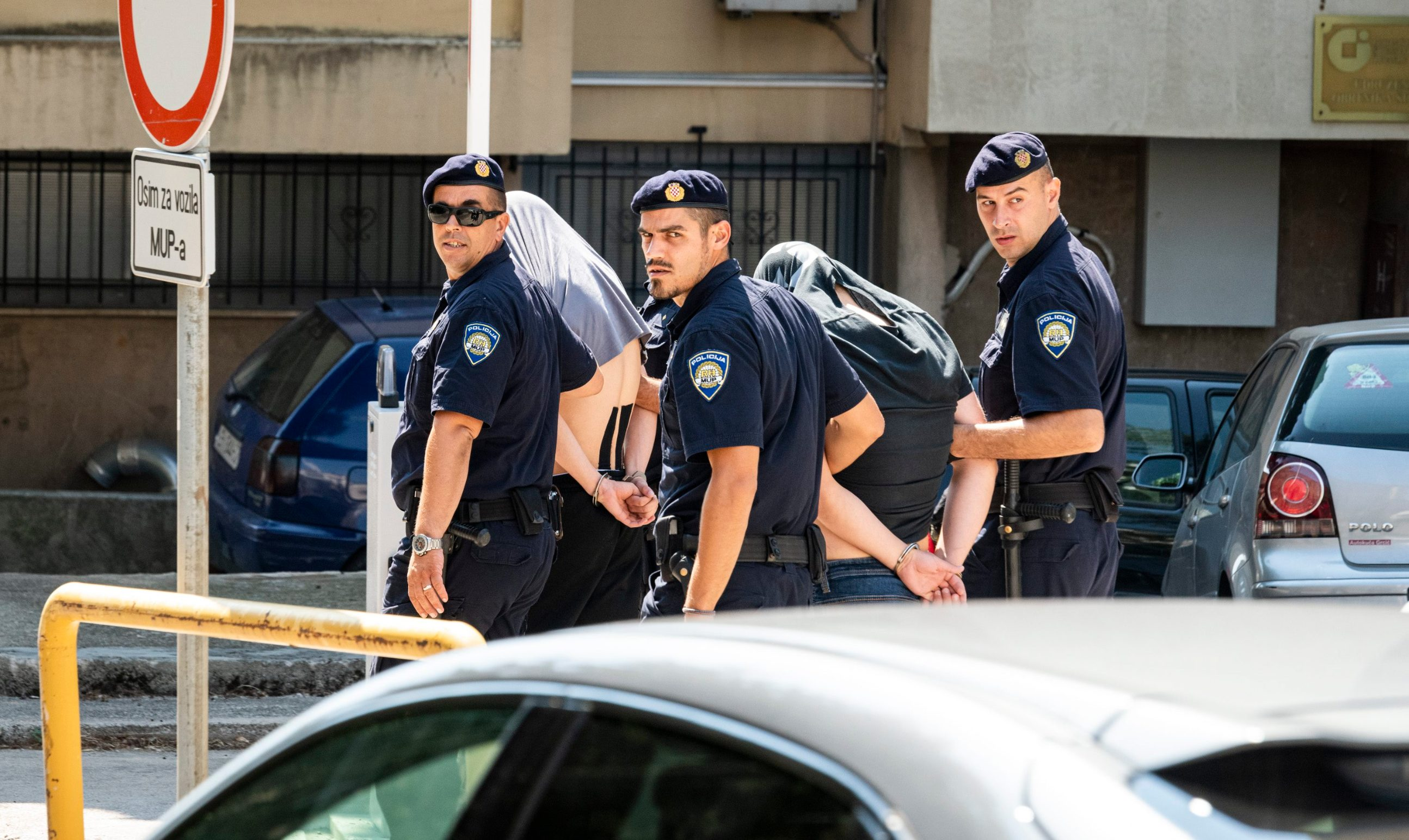 Sibenik, 280819. Privodjenje osumnjicenih za nedavne napade u Kninu i Djevrskama od policijske postaje do suda. Foto: Niksa Stipanicev / CROPIX