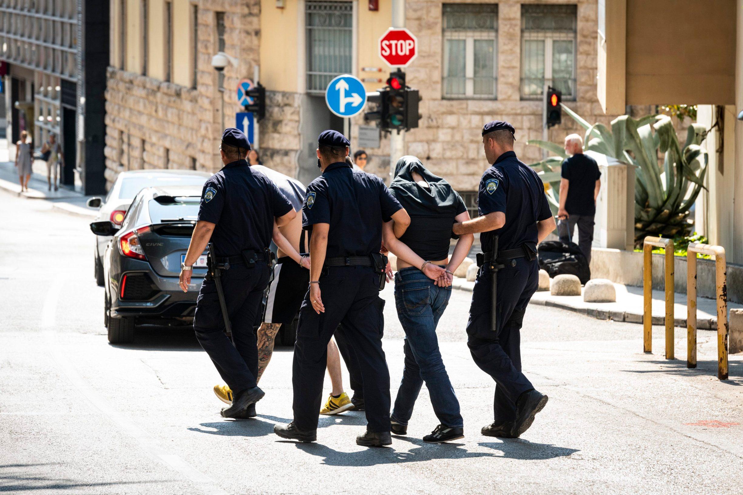 Ako se uhićenim mladićima dokaže krivnja, prijeti im od šest mjeseci do pet godina zatvora. Za nekolicinom huligana policija još uvijek traga