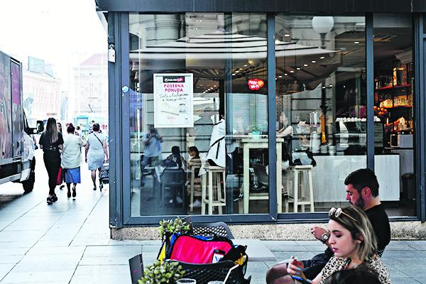 Zagreb, 270819. Projekt pod nazivom Nekad i sad koji su osmislile Tina Kovacicek i Ana Mikin iz udruge Nas dve, u sklopu kojeg su postavljene drvene instalacije nalik fotoaparatu u koje su umetnute fotografije Tose Dabca i to ispred lokacija koje te fotografije prikazuju. Na fotografiji: Petriceva ulica, fotografirana s pozicije gdje je fotografirao Toso Dabac. Foto: Boris Kovacev / CROPIX