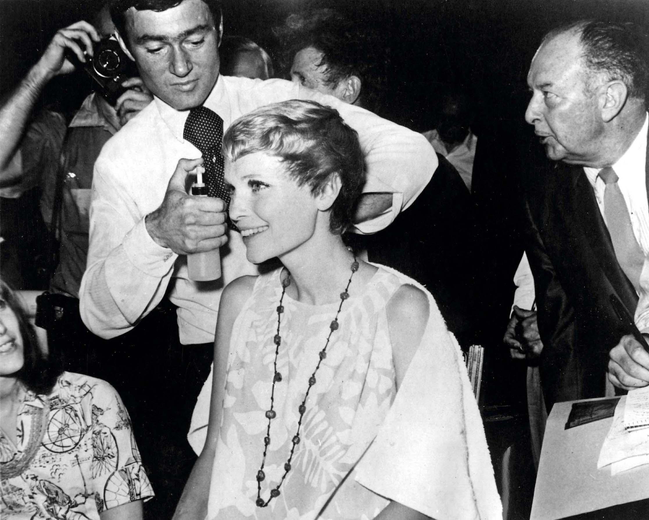 circa 1968:  Actress Mia Farrow being given a £500 haircut by Vidal Sassoon, in preparation for the film 'Rosemary's Baby'.  (Photo by Alan Band/Keystone/Getty Images)