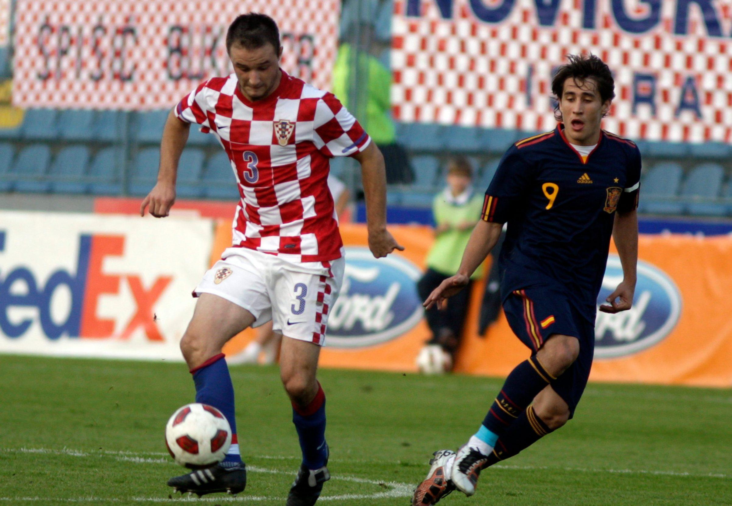 Godian je 2010., utakmica je kvalifikacijska za Euro U21, Hrvatska protiv Španjolske u Varaždinu. Lijevo je današnji igrač Varaždina Goran Jozinović, desno Bojan Krkić