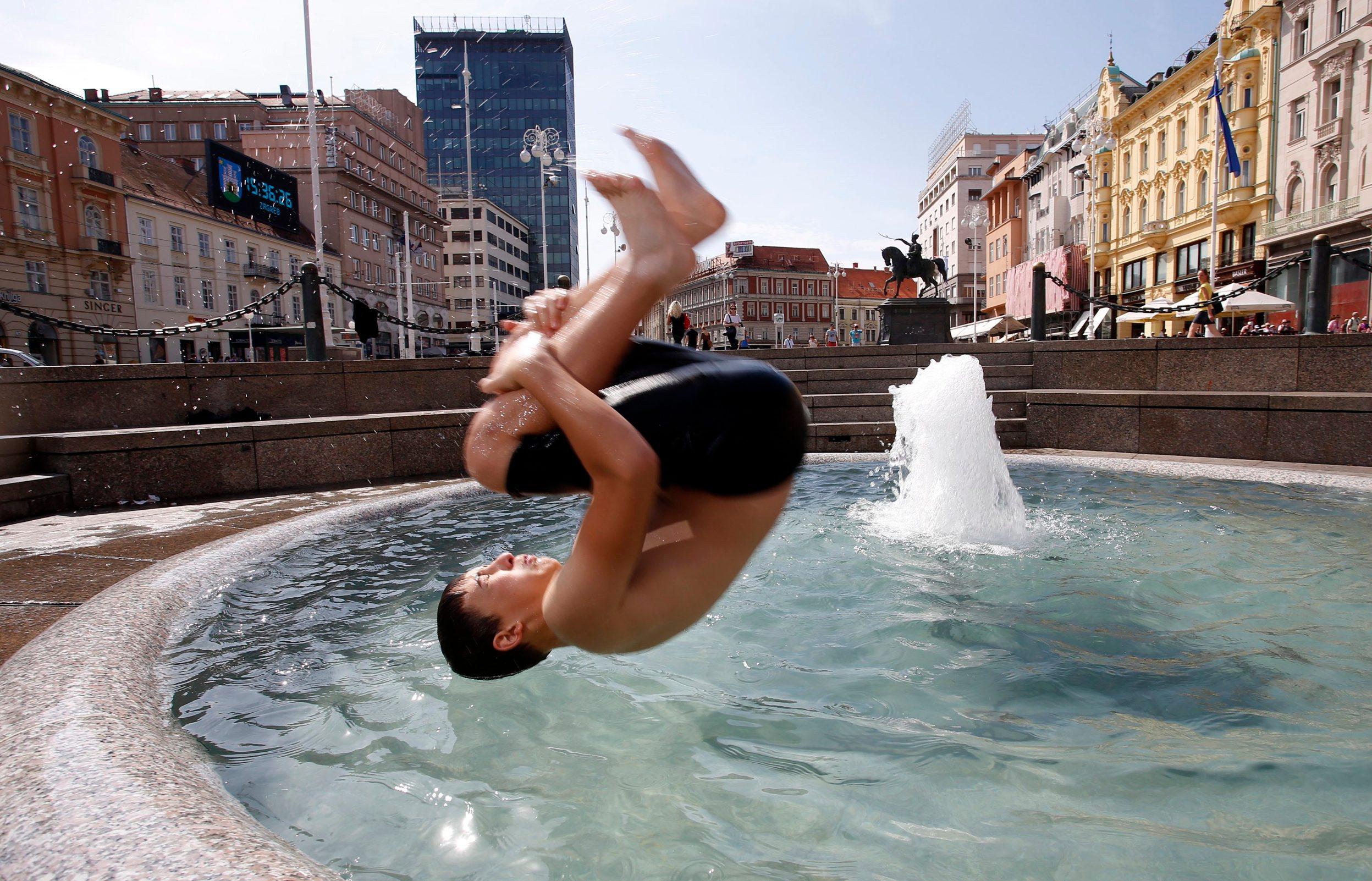 Zagreb, 070819. Trg bana Jelacica. Decko iz centra Zagreba skakao u Mandusevac. Foto: Damjan Tadic / CROPIX