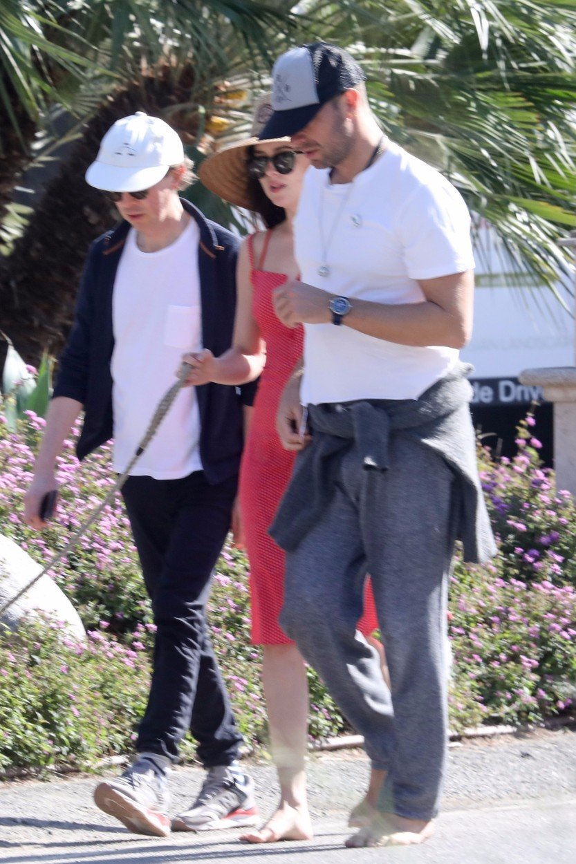Los Angeles, CA  - Malibu, CA  - *EXCLUSIVE*  - Chris Martin and Dakota johnson take their dog for a walk in Malibu. The couple decide to walk barefoot to release tension.  Pictured: Chris Martin, Dakota Johnson    *UK Clients - Pictures Containing Children Please Pixelate Face Prior To Publication*, Image: 423500125, License: Rights-managed, Restrictions: , Model Release: no, Credit line: Profimedia, Backgrid USA