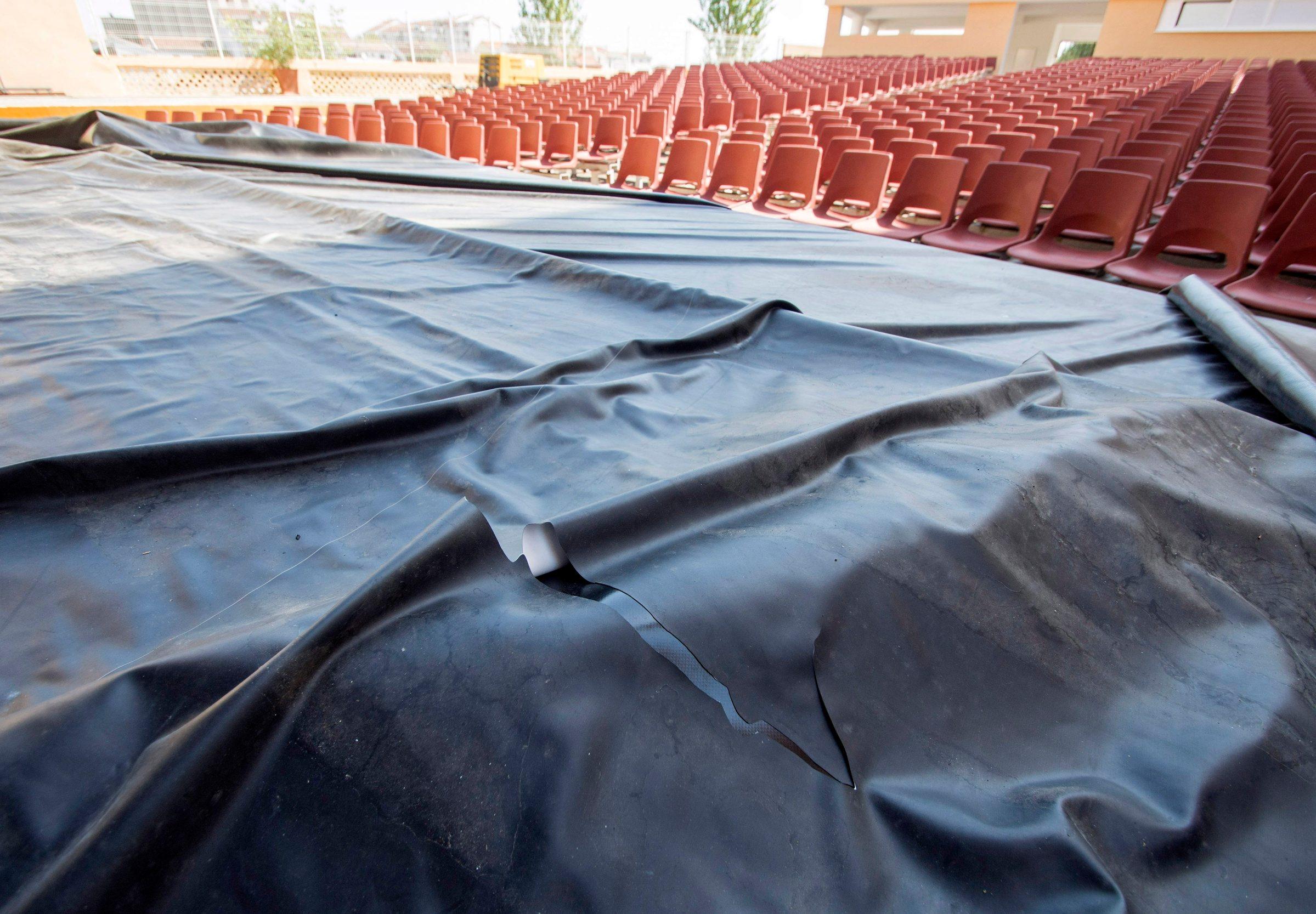 Metkovic, 080819. Vandali provalil u Ljetno kino Metkovic i na vise mjesta zarezali veliko filmsko platno, steta se procjenjuje na 60-tak tisuca kuna. Foto: Denis Jerkovic / CROPIX