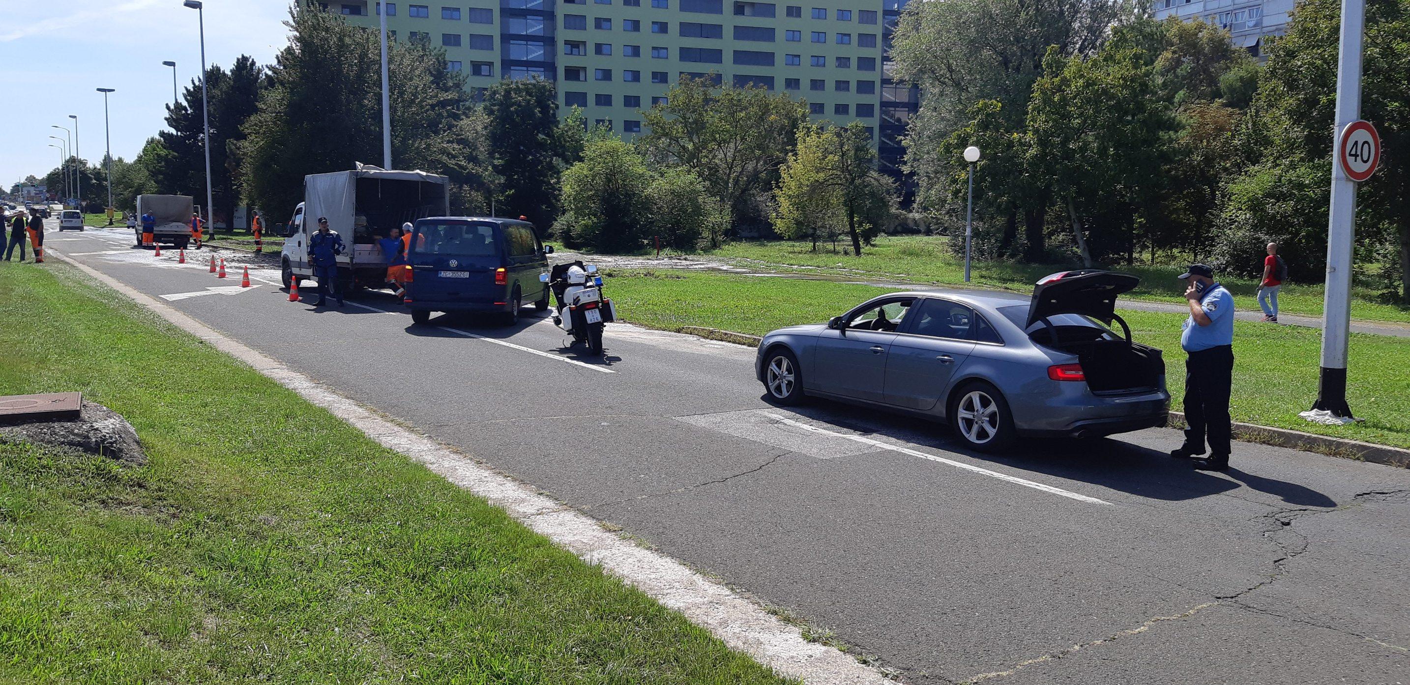 Zagreb, 100919. Sarajevska ulica. Puknuo magistralni cjevovod. Foto: Zeljko Puhovski / CROPIX