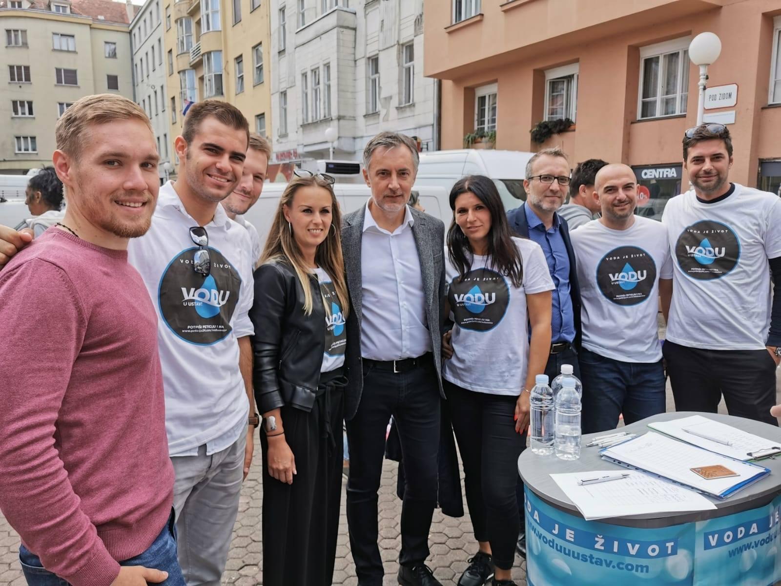 Miroslav Škoro je potpisao Mostovu peticiju kojom Ustavom žele zabraniti privatizaciju javne opskrbe vodom te pravo na pitku vodu Ustavom zaštititi kao jedno od temeljnih ljudskih prava.