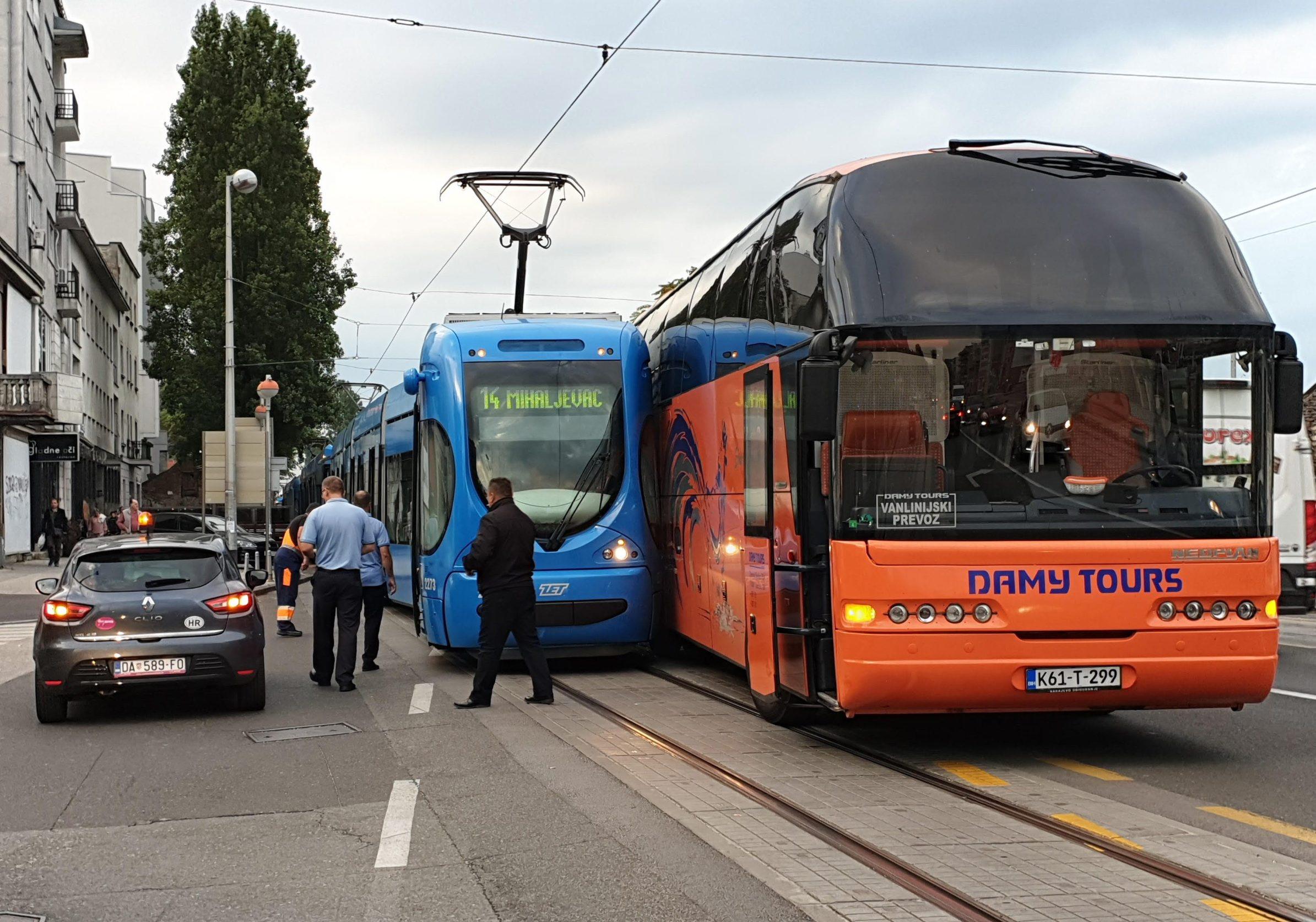 Zagreb, 120919. Zbog sudara autobusa i tramvaja doslo je do zastoja tramvaja u Savskoj ulici kod Vjesnika.Autobus je izbacio tramavaj iz tracnica. Foto: Maja Biscan / CROPIX