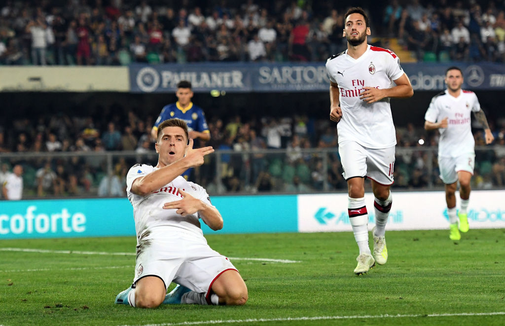 VERONA, ITALY - SEPTEMBER 15:  Krzysztof Piatek of AC Milan  celebrates after scoring the opening goal during the Serie A match between Hellas Verona and AC Milan at Stadio Marcantonio Bentegodi on September 15, 2019 in Verona, Italy.  (Photo by Alessandro Sabattini/Getty Images)