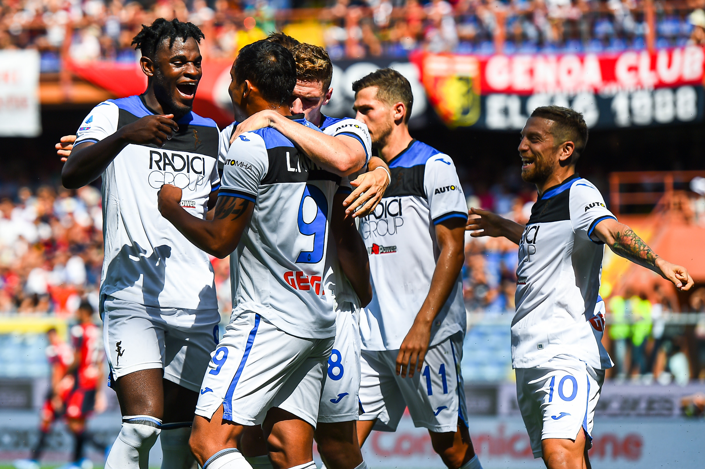 GENOA, ITALY - SEPTEMBER 15: Luis Muriel of Atalanta (2nd from left) celebrates with his team-mates Duvan Zapata, Robin Gosens, Remo Freuler and Alejandro Gomez after scoring a goal on a penalty kick during the Serie A match between Genoa CFC and Atalanta BC at Stadio Luigi Ferraris on September 15, 2019 in Genoa, Italy. (Photo by Paolo Rattini/Getty Images)