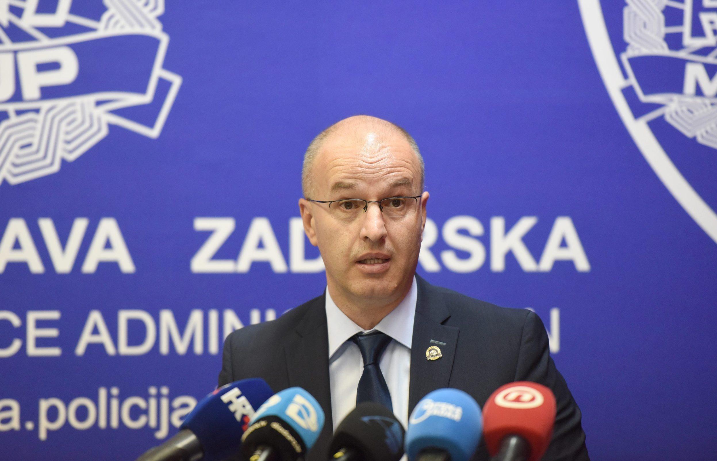 Zadar, 180919. Konferencija za medije PU zadarske povodom uhicenja 37-godisnjeg Josipa Zivkovica iz Zadra zbog sumnje da je sudjelovao u preprodaji kokaina. Pretresom njegove kuce na Bilom brigu pronadjeno je kilogram i 135,6 grama kokaina vrlo visoke cistoce namijenjenog iskljucivo zadarskom trzistu, vrijednog 1,65 milijuna kuna. Policija ga smatra najistaknutijim pojedincem na zadarskom trzistu droge. Na fotografiji: Anton Drazina, nacelnik PU zadarske. Foto: Jure Miskovic / CROPIX