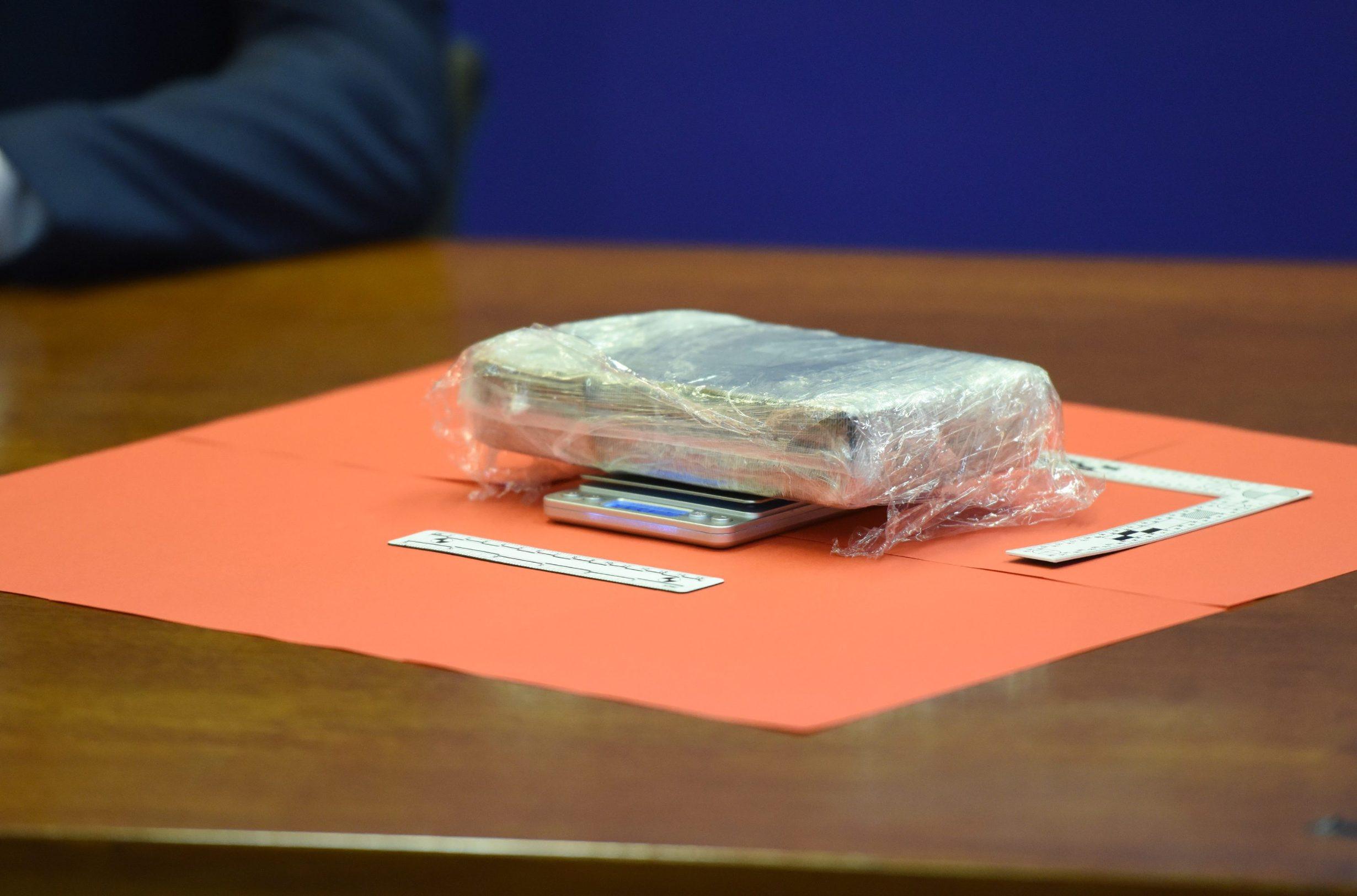 Zadar, 180919. Konferencija za medije PU zadarske povodom uhicenja 37-godisnjeg Josipa Zivkovica iz Zadra zbog sumnje da je sudjelovao u preprodaji kokaina. Pretresom njegove kuce na Bilom brigu pronadjeno je kilogram i 135,6 grama kokaina vrlo visoke cistoce namijenjenog iskljucivo zadarskom trzistu, vrijednog 1,65 milijuna kuna. Policija ga smatra najistaknutijim pojedincem na zadarskom trzistu droge. Na fotografiji: zapljenjeni kokain. Foto: Jure Miskovic / CROPIX