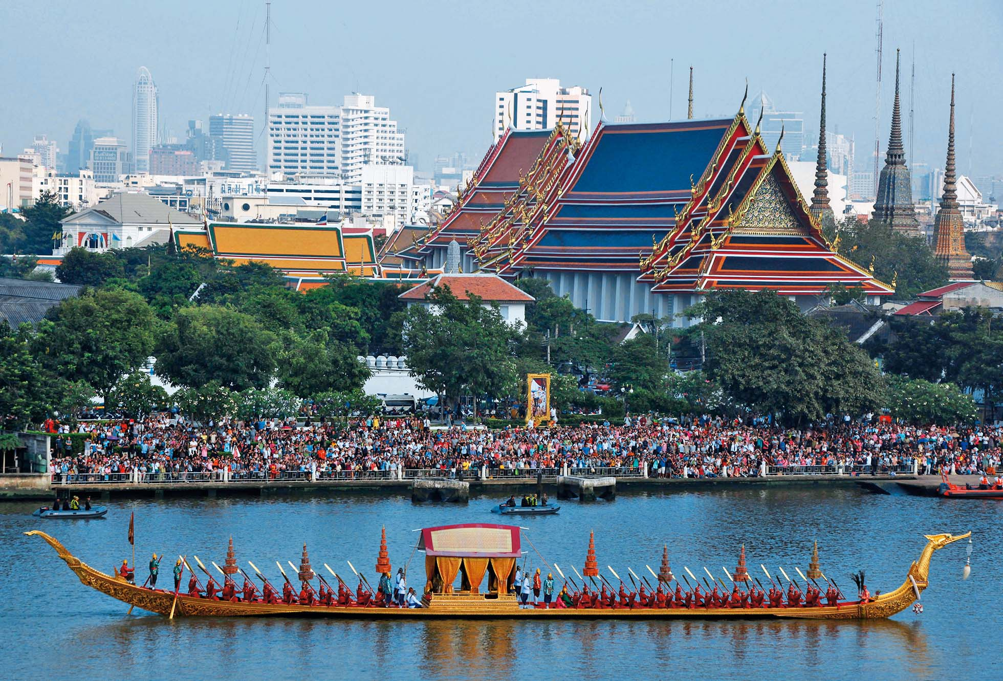 Thai oarsmen row a royal barge during a dress rehearsal for Royal Barge Procession, on the Chao Phraya River in Bangkok November 6, 2012. The Royal Barge Procession, the 700 year-old Thai traditional ceremony, will be held on November 9 to mark the end of Buddhist lent day and to celebrate the 85th Birthday of King Bhumibol.  REUTERS/Chaiwat Subprasom    (THAILAND - Tags: POLITICS SOCIETY) - GM1E8B61GT501