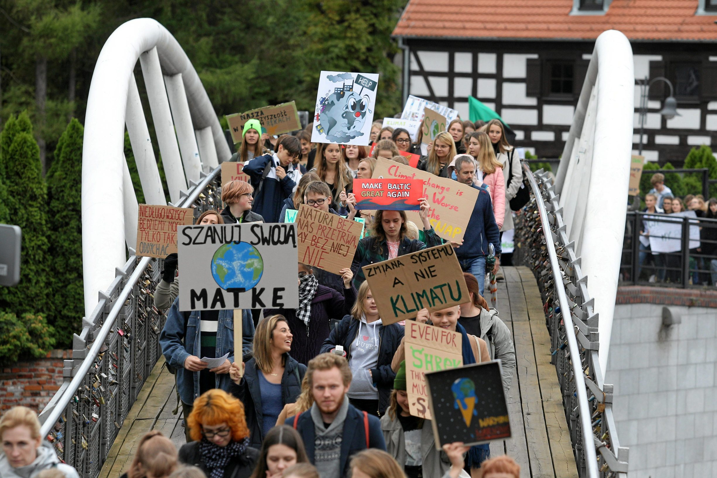 Young activists take part in an environmental demonstration, part of the Global Climate Strike, in Bydgoszcz, Poland September 20, 2019. Roman Bosiacki/Agencja Gazeta via REUTERS  ATTENTION EDITORS - THIS IMAGE WAS PROVIDED BY A THIRD PARTY. POLAND OUT. NO COMMERCIAL OR EDITORIAL SALES IN POLAND.