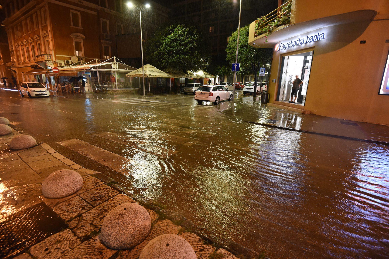 Zadar, 230919. Obilna kisa poplavila zadarske prometnice. Na fotografiji: Obala kneza Branimira. Foto: Jure Miskovic / CROPIX