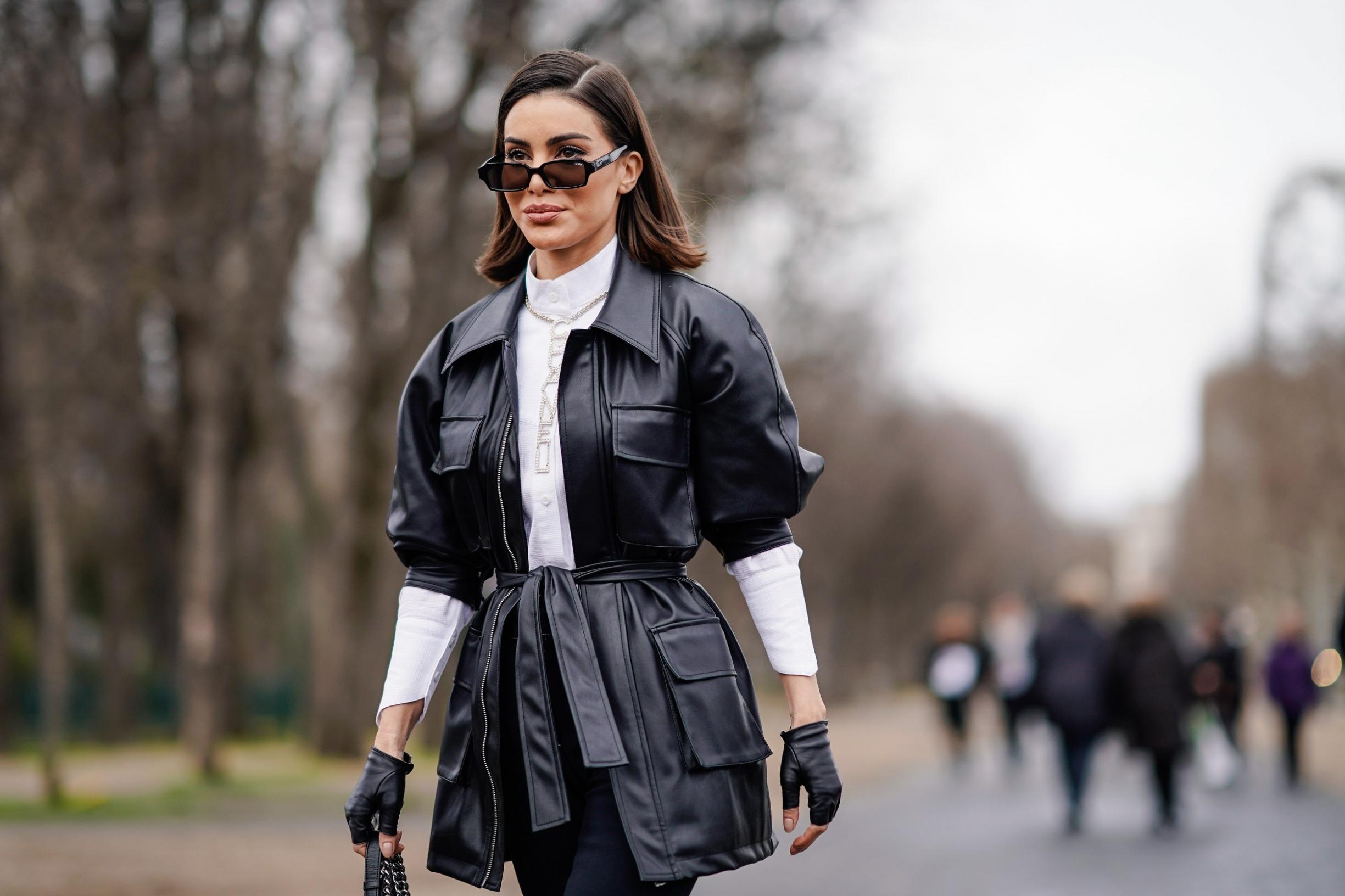 Makeneka Camila Coelho kožnu natkošulju nosi s nepogrešivom bijelom košuljom, a sve je upotpunila kožnim rukavicama