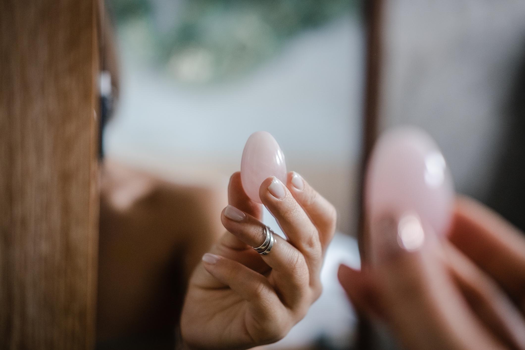 Yoni jaja koriste se za vježbanje vaginalnih mišića, pomažu u postizanju orgazma te smanjuju  menstrualne grčeve.