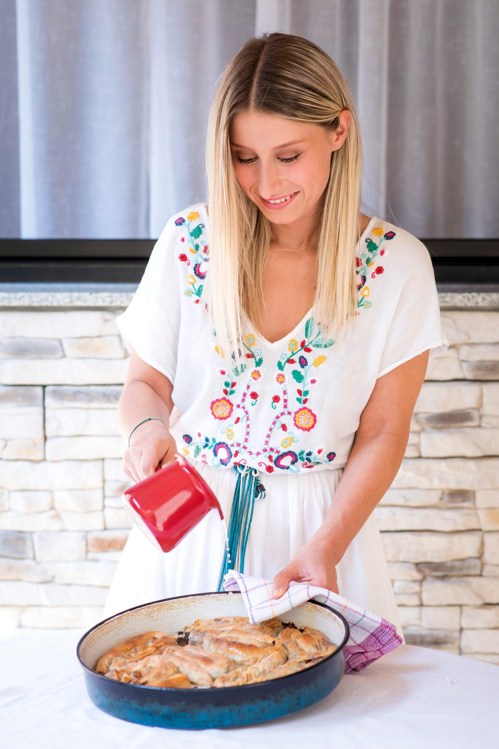 Zagreb, 260819. Anita Saric, novinarka Dobre hrane, izradjuje burek kako je naucila od mame. Foto: Neja Markicevic / CROPIX