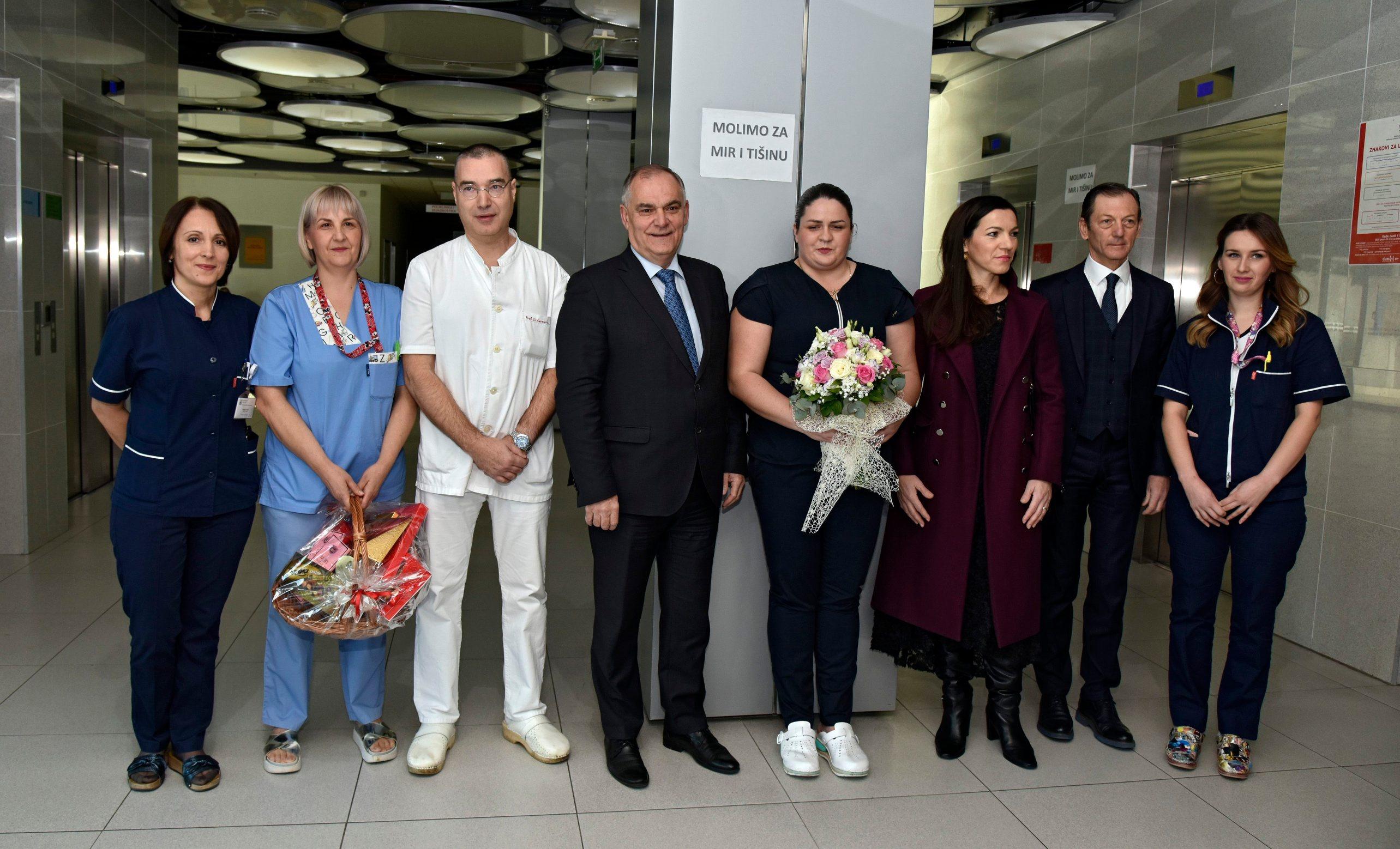 Blaženko Boban s djelatnicima rodilišta i ravnateljem KBC-a Julijem Meštrovićem