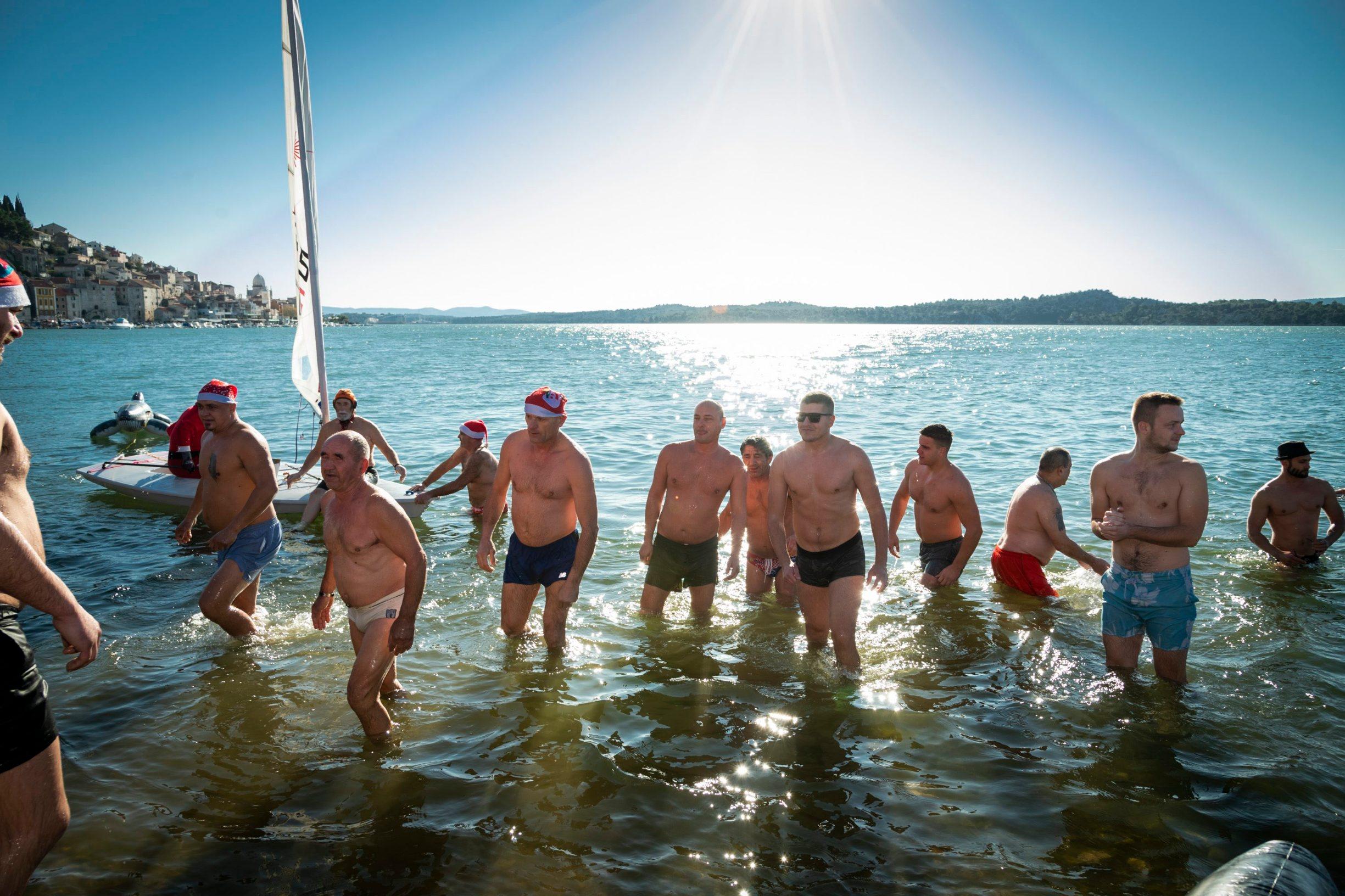 Sibenik, 010120. Tradicionalno novogodisnje kupanje na plazi Banj. Foto: Niksa Stipanicev / CROPIX