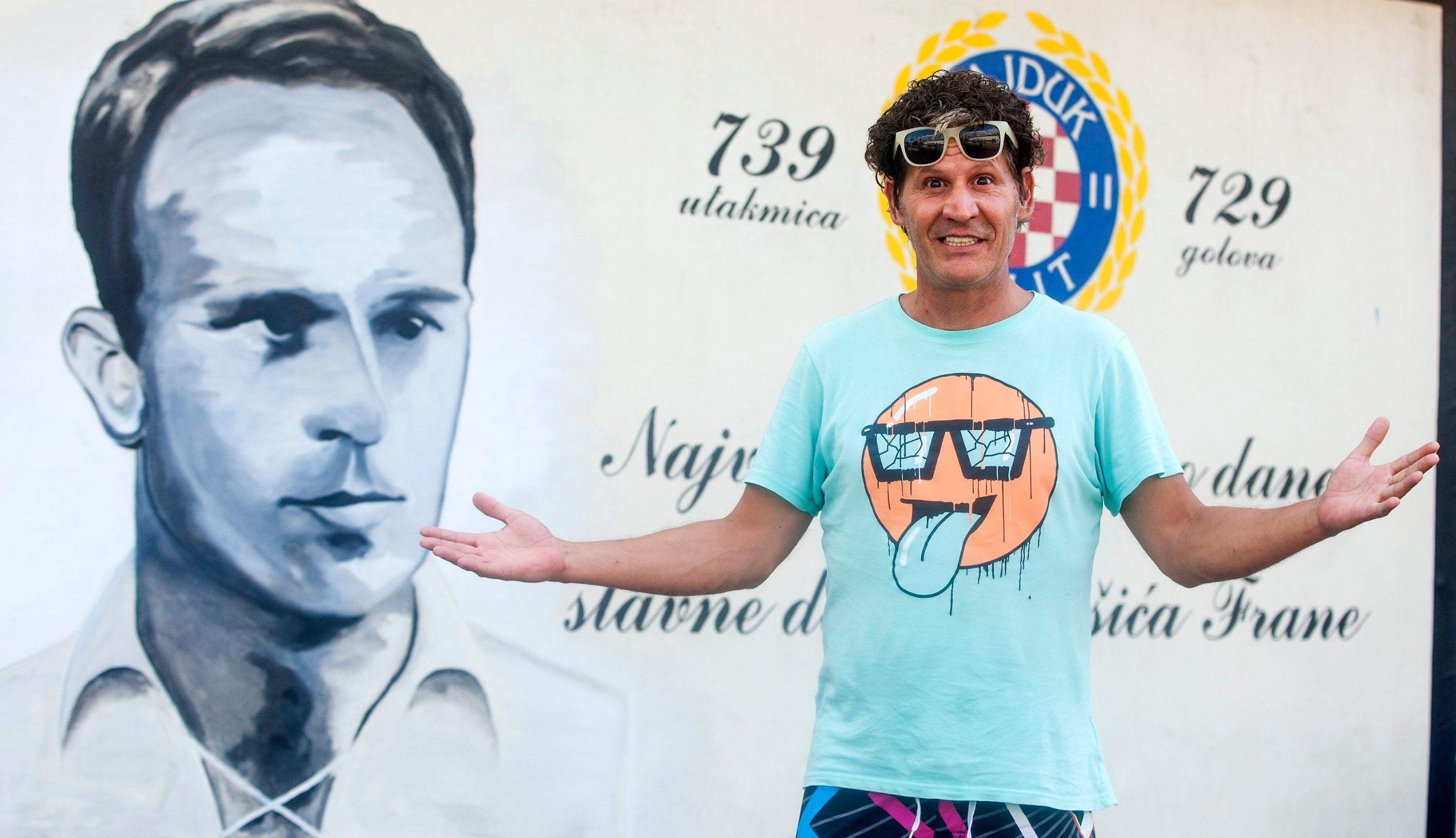 Split, 300813. Damir Mihanovic Cubi popularni splitski sansonijer, kantautor i interpretator glazbe pored murala Frani Matosicu. Foto: Ante Cizmic / CROPIX