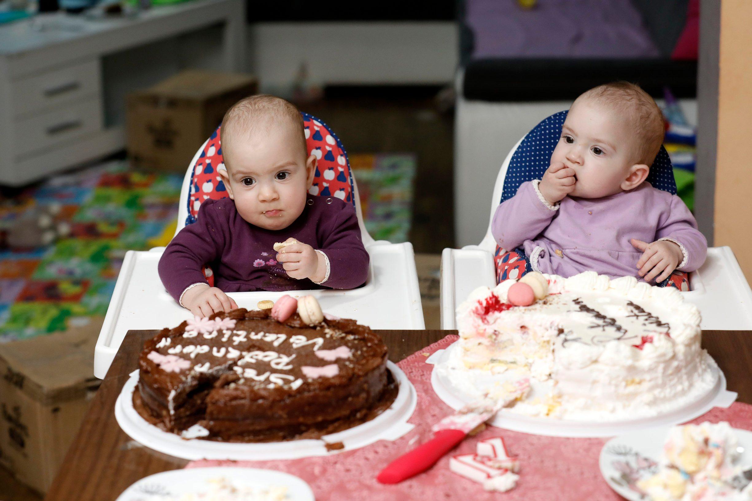 Busetina, 100120. Rodjendan blizanki Valentine i Kristine Tambolas. Na fotografiji: Valentina i Kristina. Foto: Tomislav Kristo / CROPIX