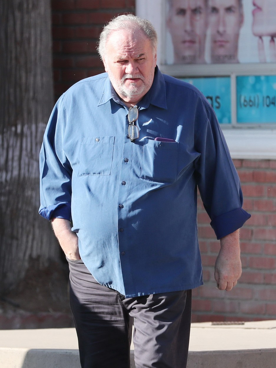 11/18/2019 EXCLUSIVE: Thomas Markle is spotted wearing a royal blue apron as he gets his scruffy beard and eyebrows neatly trimmed ahead of Prince Harry and daughter Meghan's reported visit to America for Thanksgiving. Markle looked sharp in a crisp blue shirt and grey trousers while leaving Roman Hairdresser in Rosarito, Mexico.     **VIDEO AVAILABLE**, Image: 484124262, License: Rights-managed, Restrictions: Exclusive NO usage without agreed price and terms. Please contact sales@theimagedirect.com, Model Release: no, Credit line: TheImageDirect.com / The Image Direct / Profimedia
