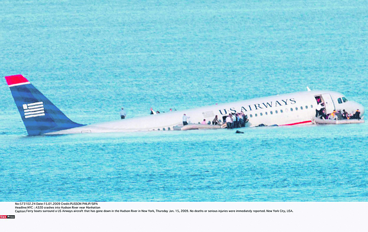 Ferry boats surround a US Airways aircraft that has gone down in the Hudson River in New York, Thursday Jan. 15, 2009. No deaths or serious injuries were immediately reported. New York City, USA./0901161400, Image: 223829597, License: Rights-managed, Restrictions: idem restriction hier soir, Model Release: no, Credit line: PLISSON PHILIP / Sipa Press / Profimedia