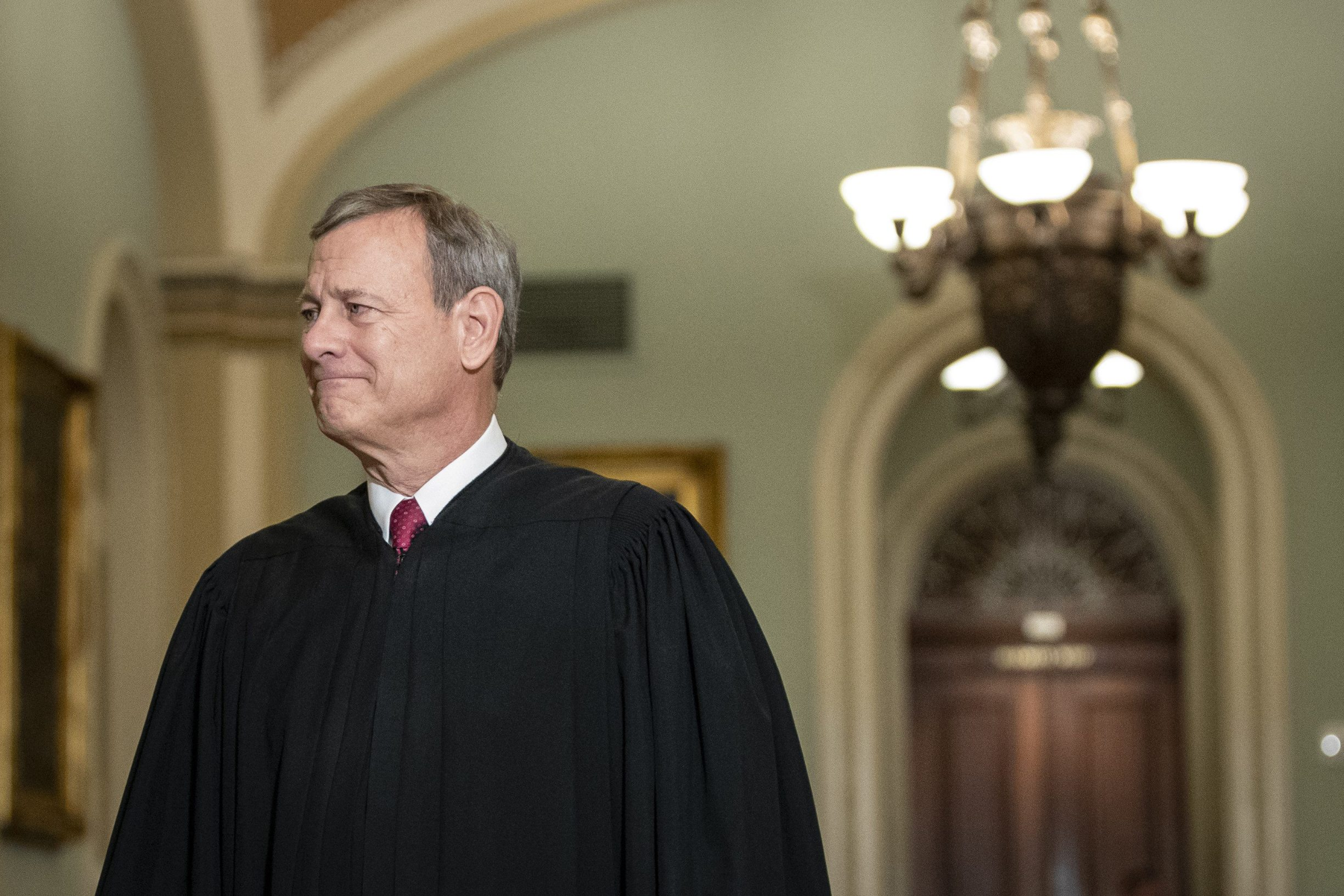 WASHINGTON, DC JANUARY 16: Supreme Court Chief Justice John Roberts arrives to the Senate chamber for impeachment proceedings at the U.S. Capitol on January 16, 2020 in Washington, DC. On Thursday, the House impeachment managers will read the articles of impeachment against President Trump in the Senate chamber and the chief justice of the Supreme Court and every senator will be sworn in.   Drew Angerer/Getty Images/AFP == FOR NEWSPAPERS, INTERNET, TELCOS & TELEVISION USE ONLY ==