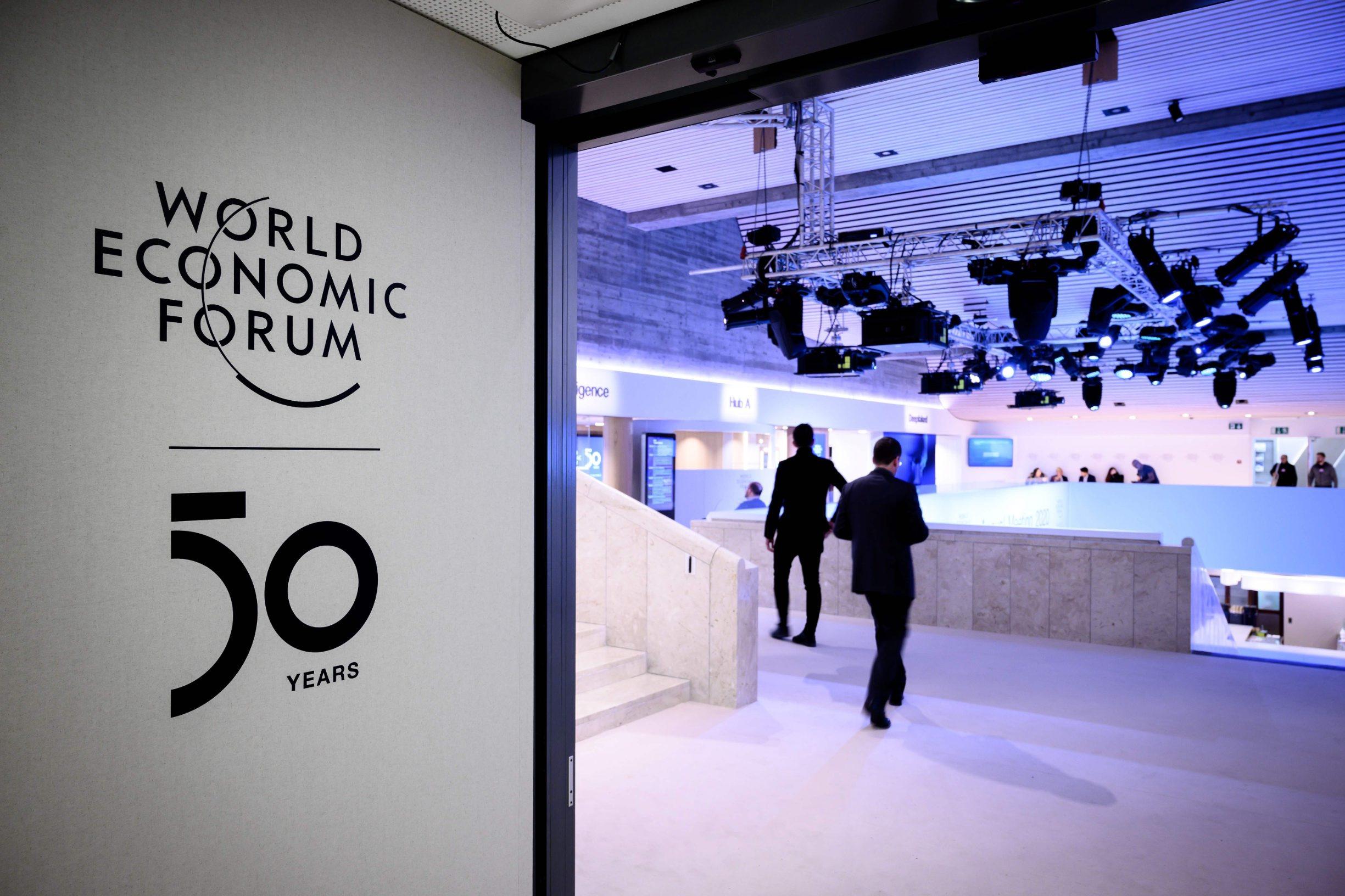 Logo Svjetskog gospodarskog foruma ispred Kongresnog centra u Davosu