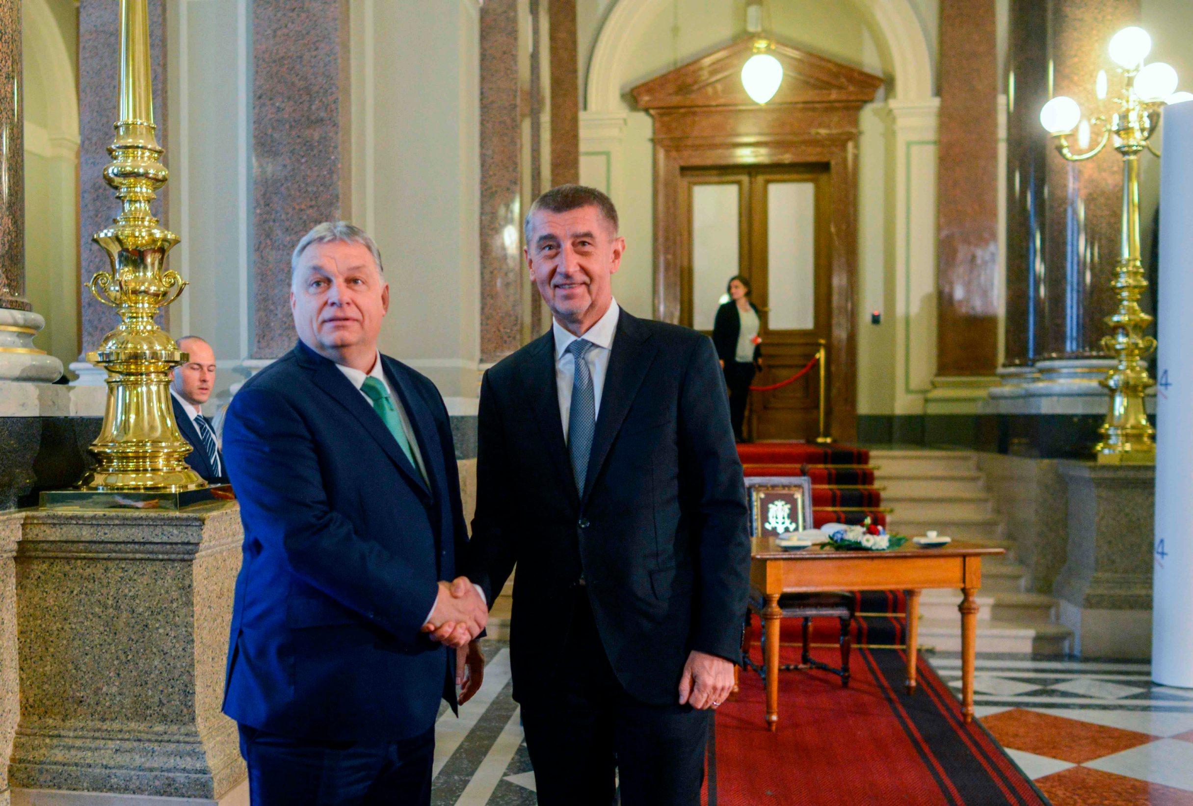 Mađarski premijer Viktor Orban i češki kolega Andrej Babiš. Prema pisanju nekih mađarskih medija, Babiš je zahvaljujući prijateljstvu s Orbanom stekao zavidan vlasnički udjel u mađarskoj poljoprivredi