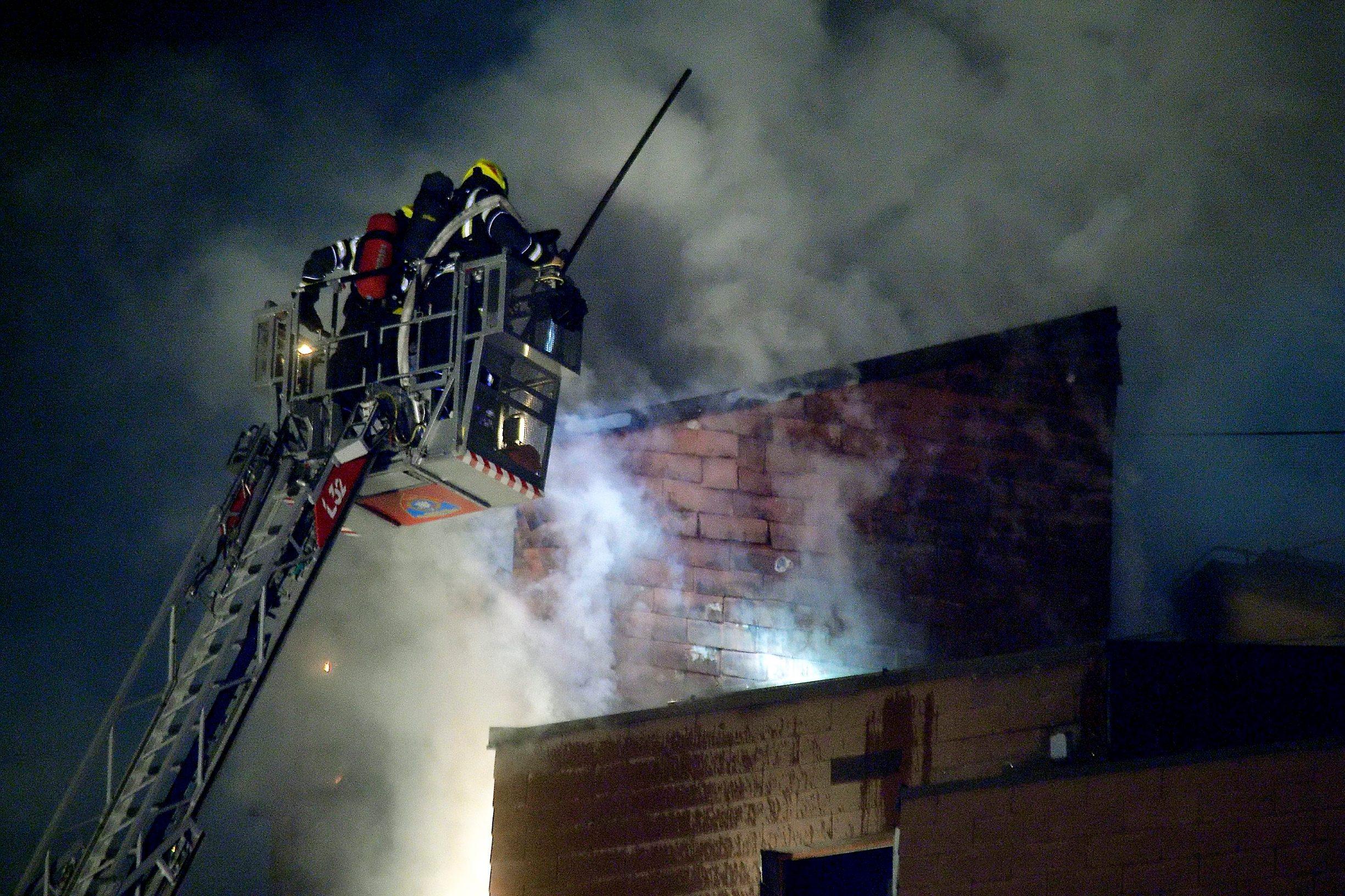 Veliki požar izbio je večeras na zagrebačkom Kvatricu. Planuo je stan na trećem katu zgrade u Gotovčevoj ulici. Vatra je zahvatila i cijelu krovnu konstrukciju od šindre koja se proteže na dva kata i potkrovlje, jedna osoba je ozlijeđena.