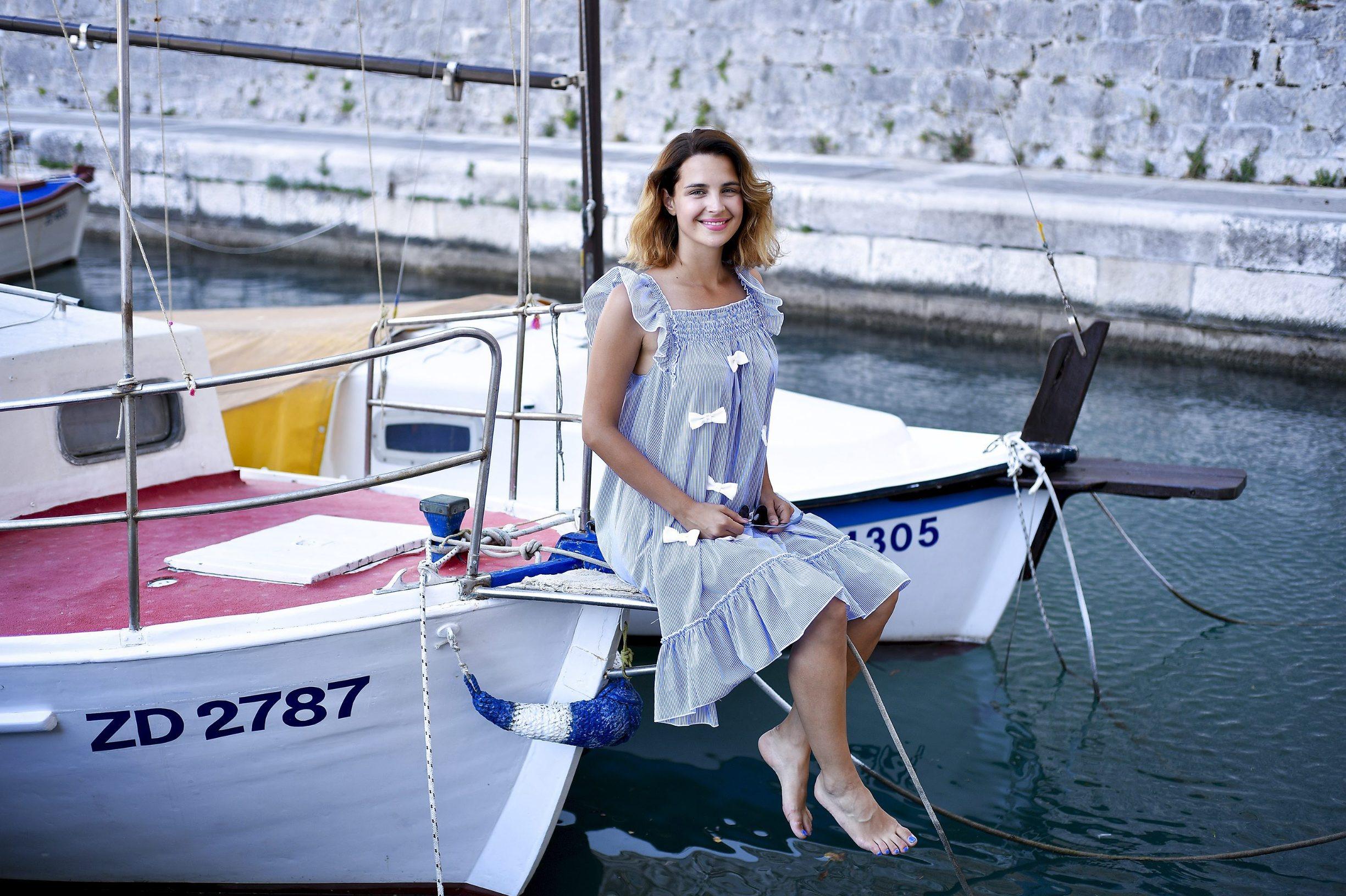 Zadar, 150717. Glumica Doris Pincic Rogoznica, fotografirana na barci svog oca. Foto: Boris Kovacev / CROPIX