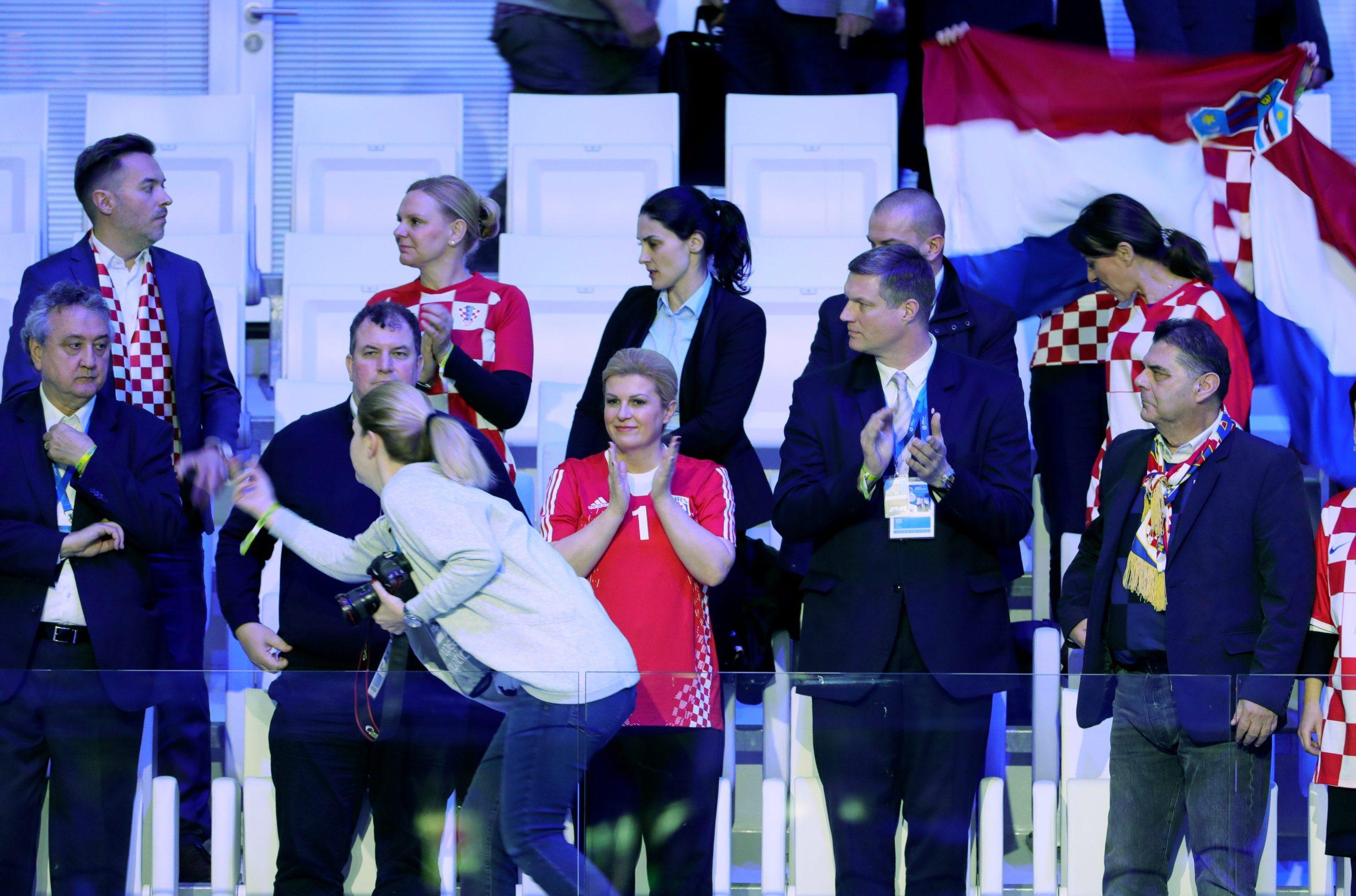 Budimpesta, 240120.  Duna Arena.  34 LEN Europsko prvenstvo u vaterpolu, polufinalna utakmica, Hrvatska - Spanjolska.  Na fotografiji: Jakov Kitarovic, Kolinda Grabar Kitarovic. Foto: Vladimir Dugandzic / CROPIX