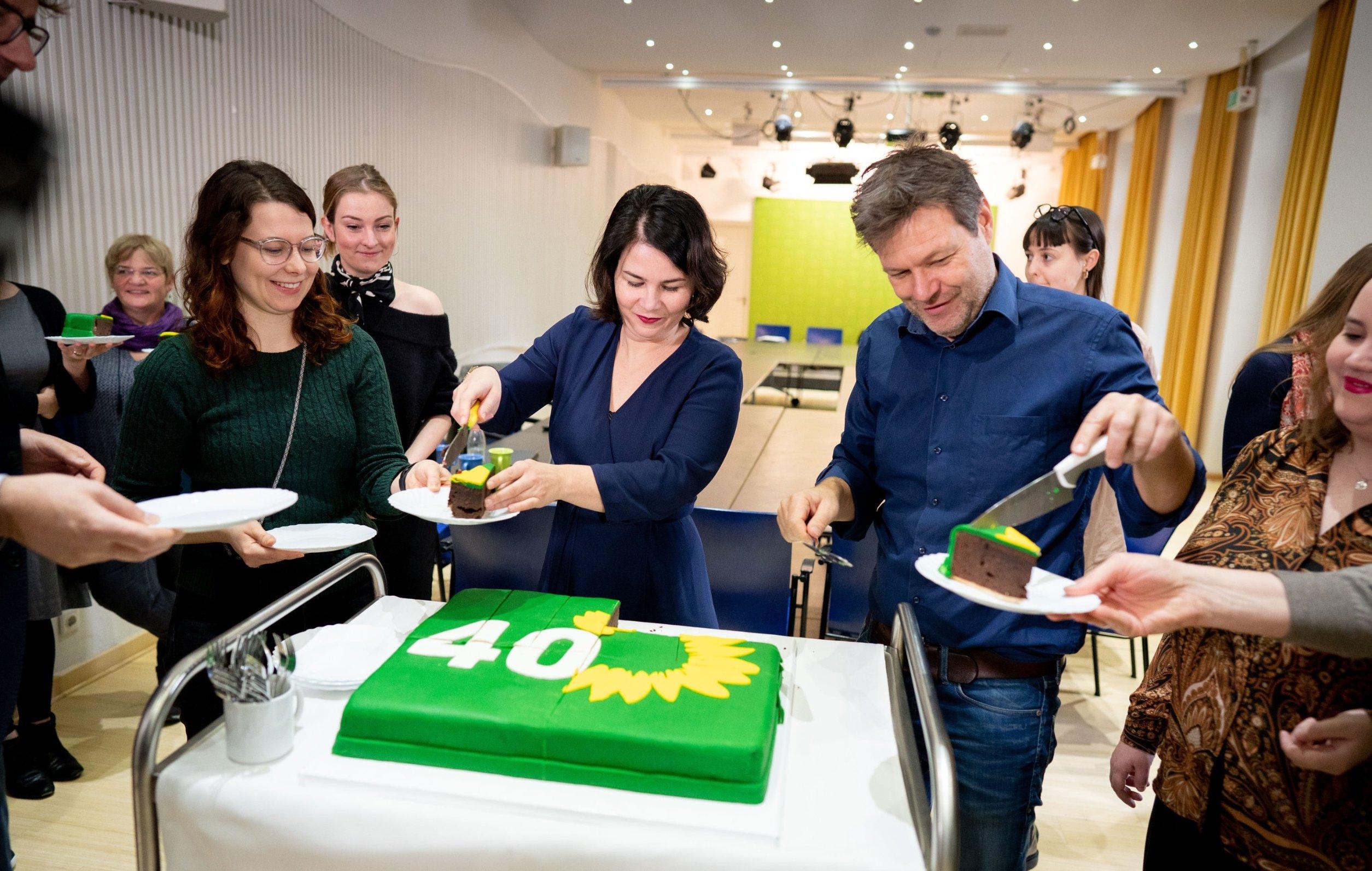 Supredsjedavatelji Zelenih, Annalena Baerbock i  Robert Habeck dijele tortu na proslavi 40 godina postojanja stranke