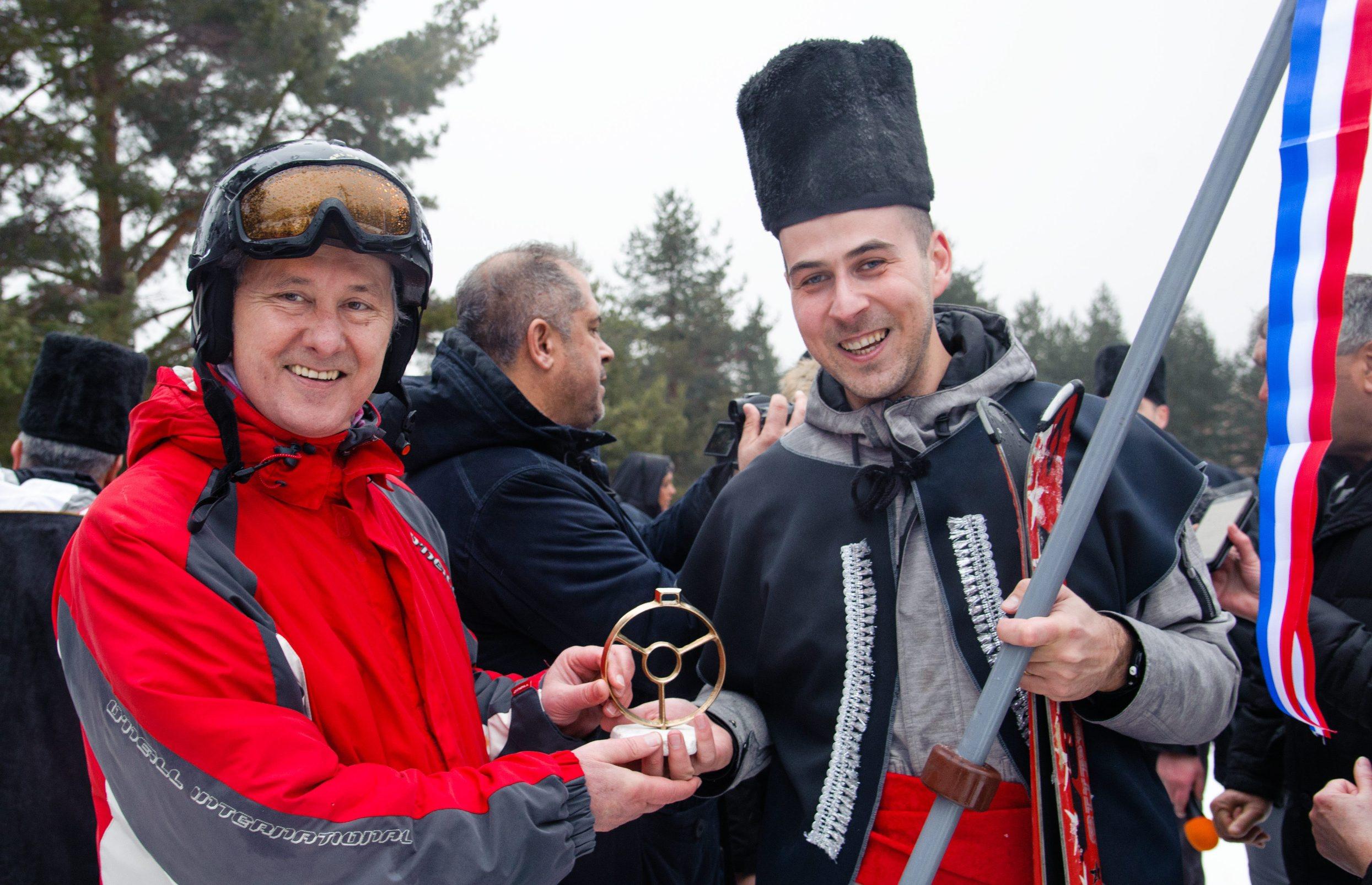 Predsjednik VAD-a Stipe Jukić i pobjednik Marko Vrca.