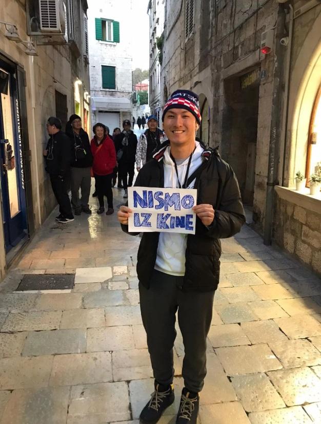 Turist nosi natpis 'Nismo iz Kine'