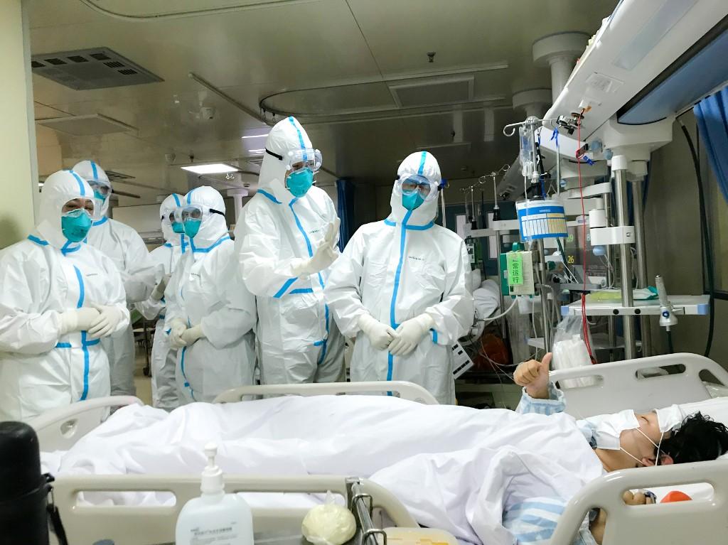 Liječnici pregledavaju pacijenta s koronavirusom