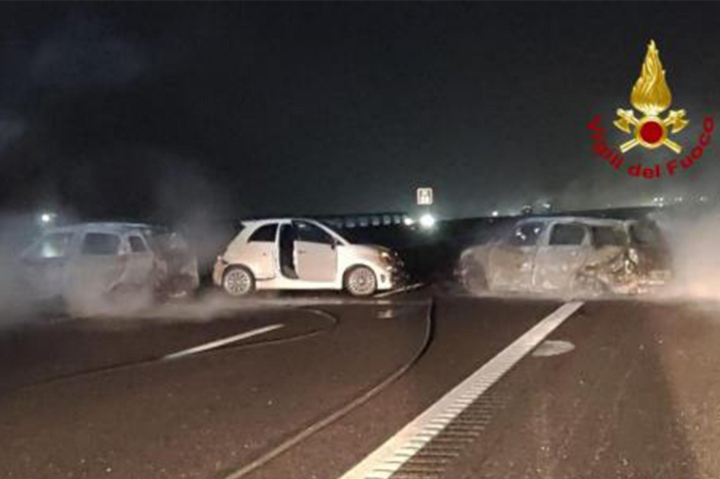This photo taken and handout on January 29, 2020 by the Italian Department of firefighters, the Vigili del Fuoco, shows burnt cars after rescuers intervened following a criminal attempt to ambush an armoured truck on a stretch of highway between Milan and Lodi, in San Zenone al Lambro. - Several burning vehicles on a highway in northern Italy were set up to stop an armored truck carrying cash, but the truck's driver managed to drive through the wall of fire and escape. The attack occurred shortly before midnight late on January 28, 2020, as criminals set fire to about ten vehicles, all probably stolen, in both directions of travel on the motorway. (Photo by Handout / Vigili del Fuoco / AFP) / RESTRICTED TO EDITORIAL USE - MANDATORY CREDIT