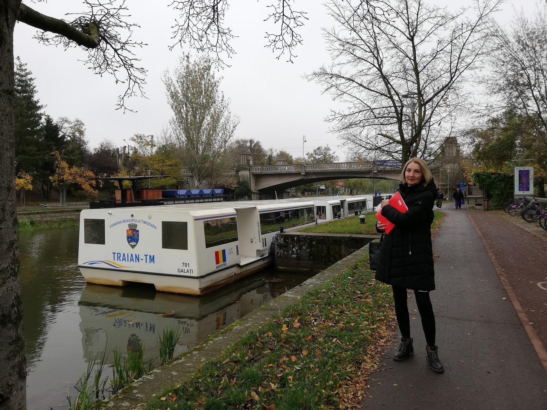 Gradski prijevoz brodovima: zagrebačka glazbenica uz pristanište na rijeci Begej