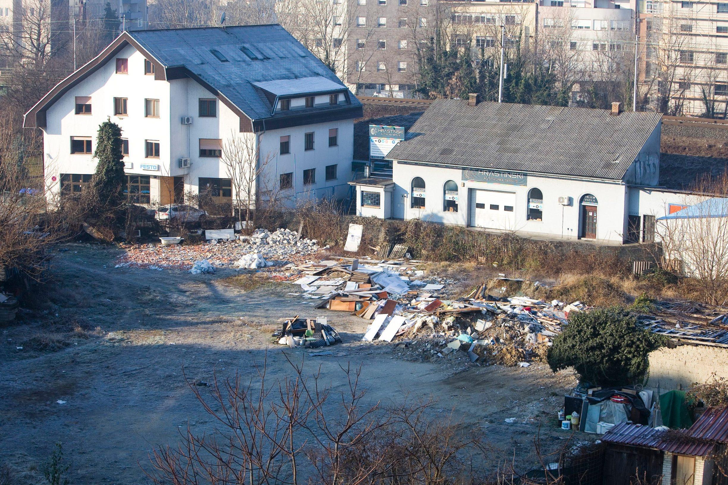 Zagreb, 030120. Raskrizje Savska - Nova cesta. Parcela na uglu Nove ceste i Savske gdje ce se uskoro graditi hotel s 4 zvjezdice i 14 katova. Foto: Zeljko Puhovski / CROPIX