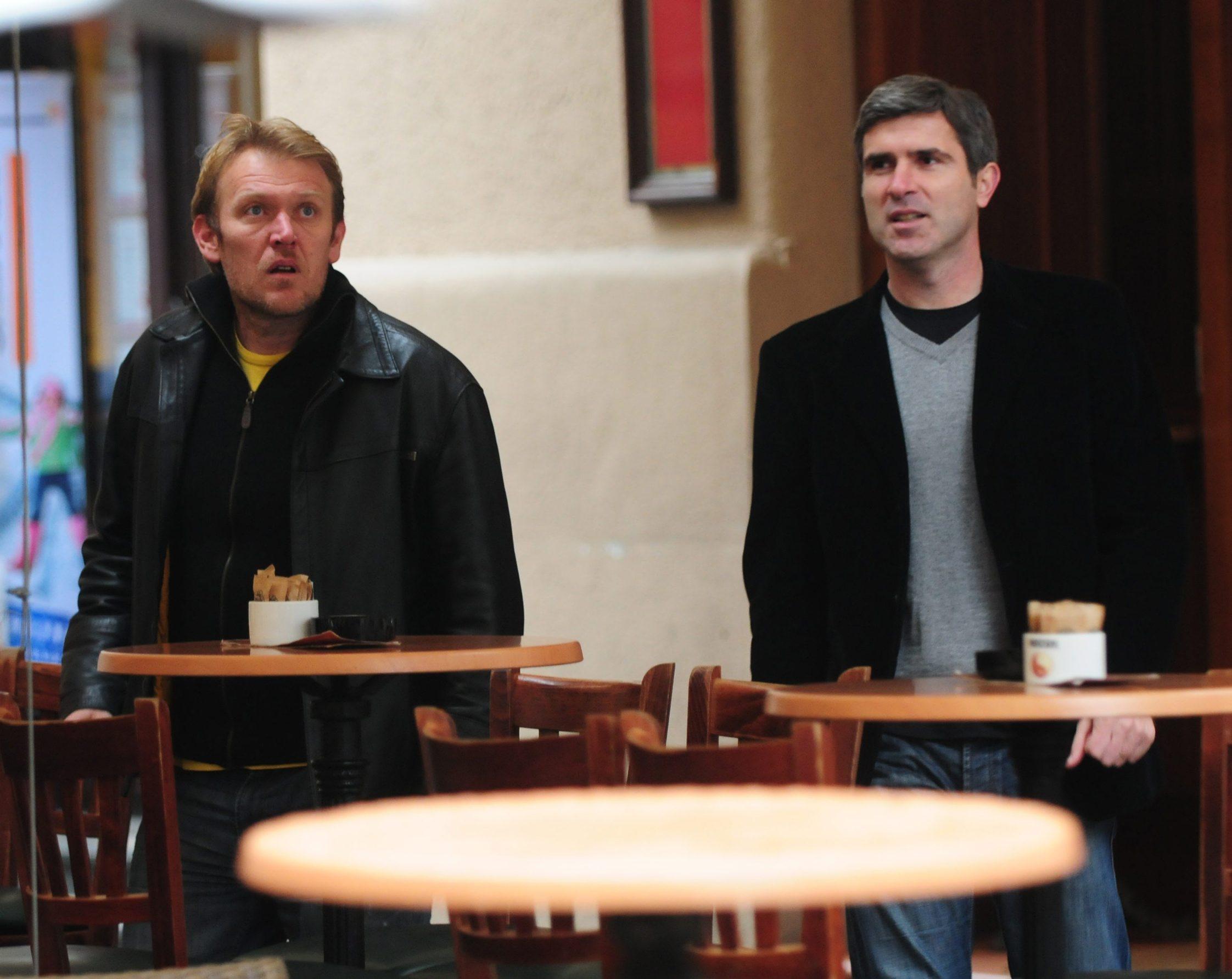 Zagreb, 221110. Poznatih je i danas bilo na Zagrebackoj spici. Na slici: Robert Prosinecki i Zvonimir Soldo popili su kavu u Bulldogu a kasnije sa prijateljima otisli preko Cvjetnog trga. Foto: Miso Lisanin / CROPIX