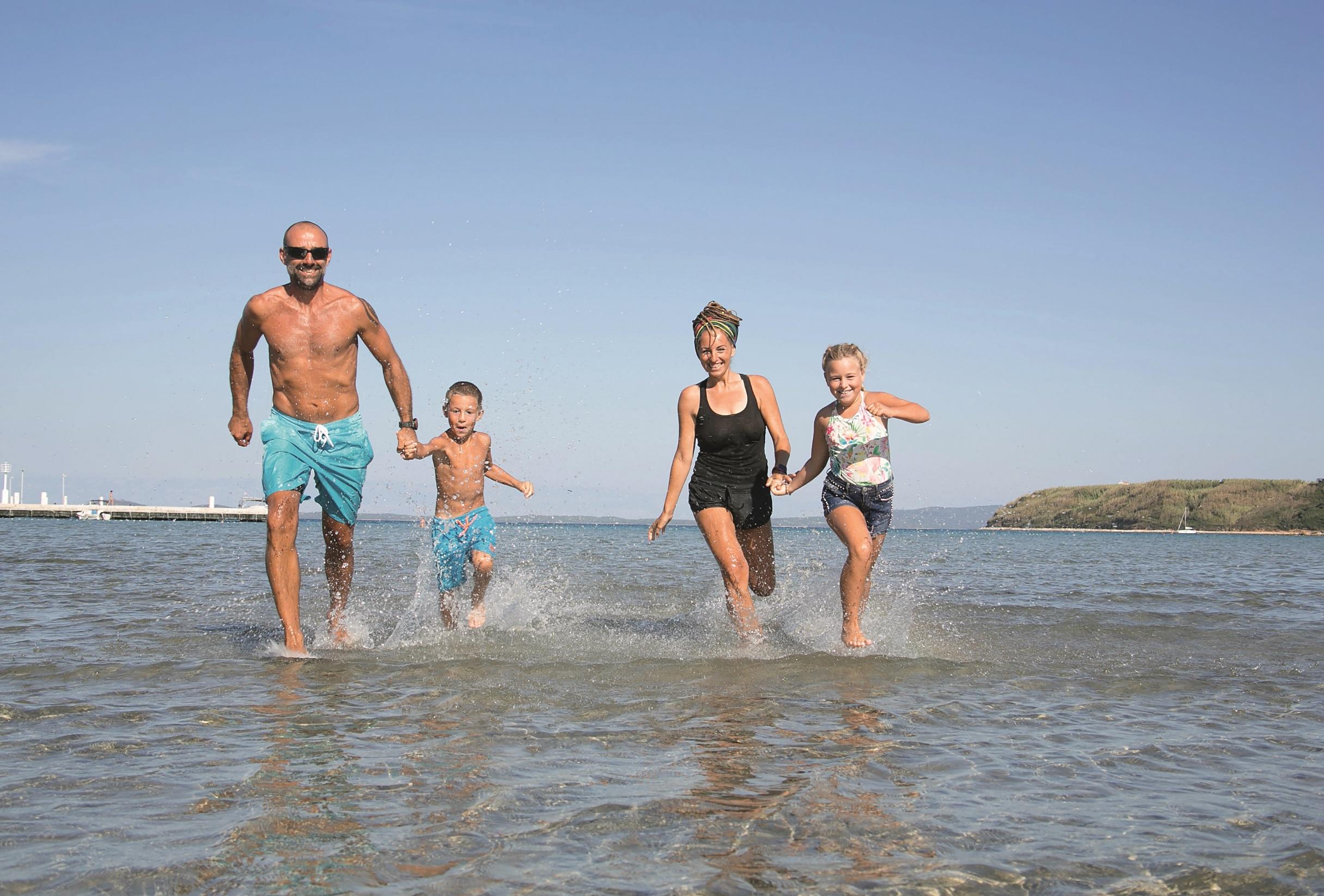 zivot na susku, Tijana i davor perovic, djeca Josip i Paola, otok Susak, 080920 foto ines stipetic