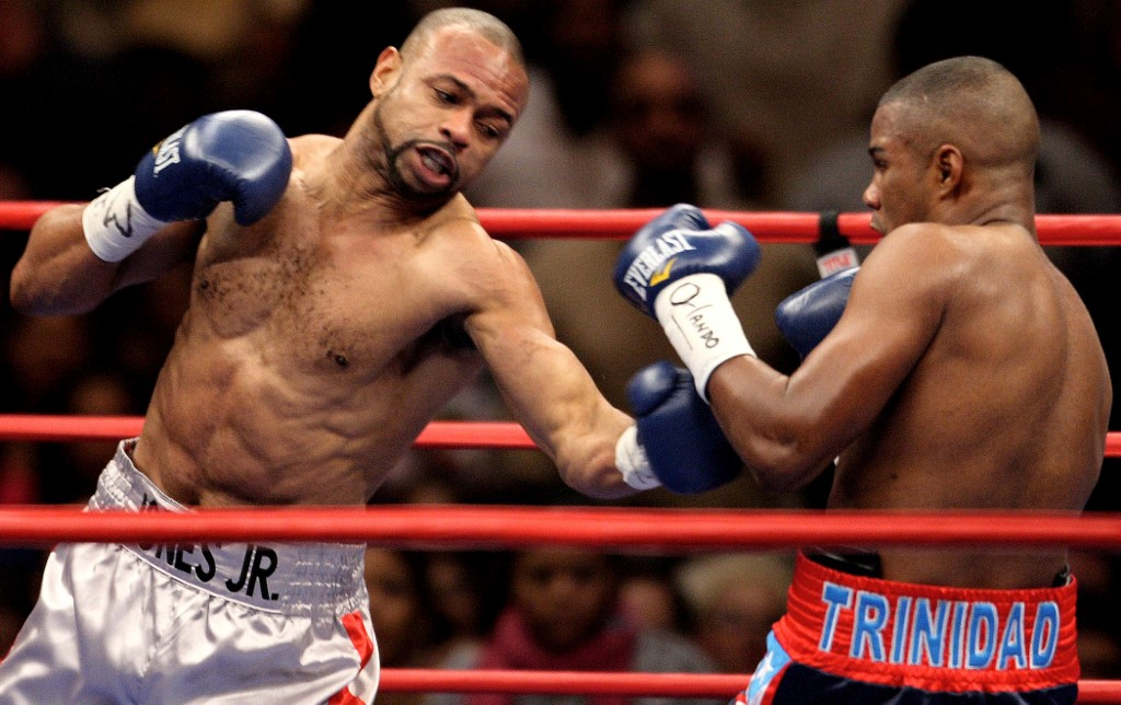 Felix Trinidad of Puerto Rico  (R) fights Roy Jones Jr. of the US 19 January, 2008 during their light heavyweight fight at Madison Square Garden in New York.  AFP PHOTO/DON EMMERT (Photo by DON EMMERT / AFP)
