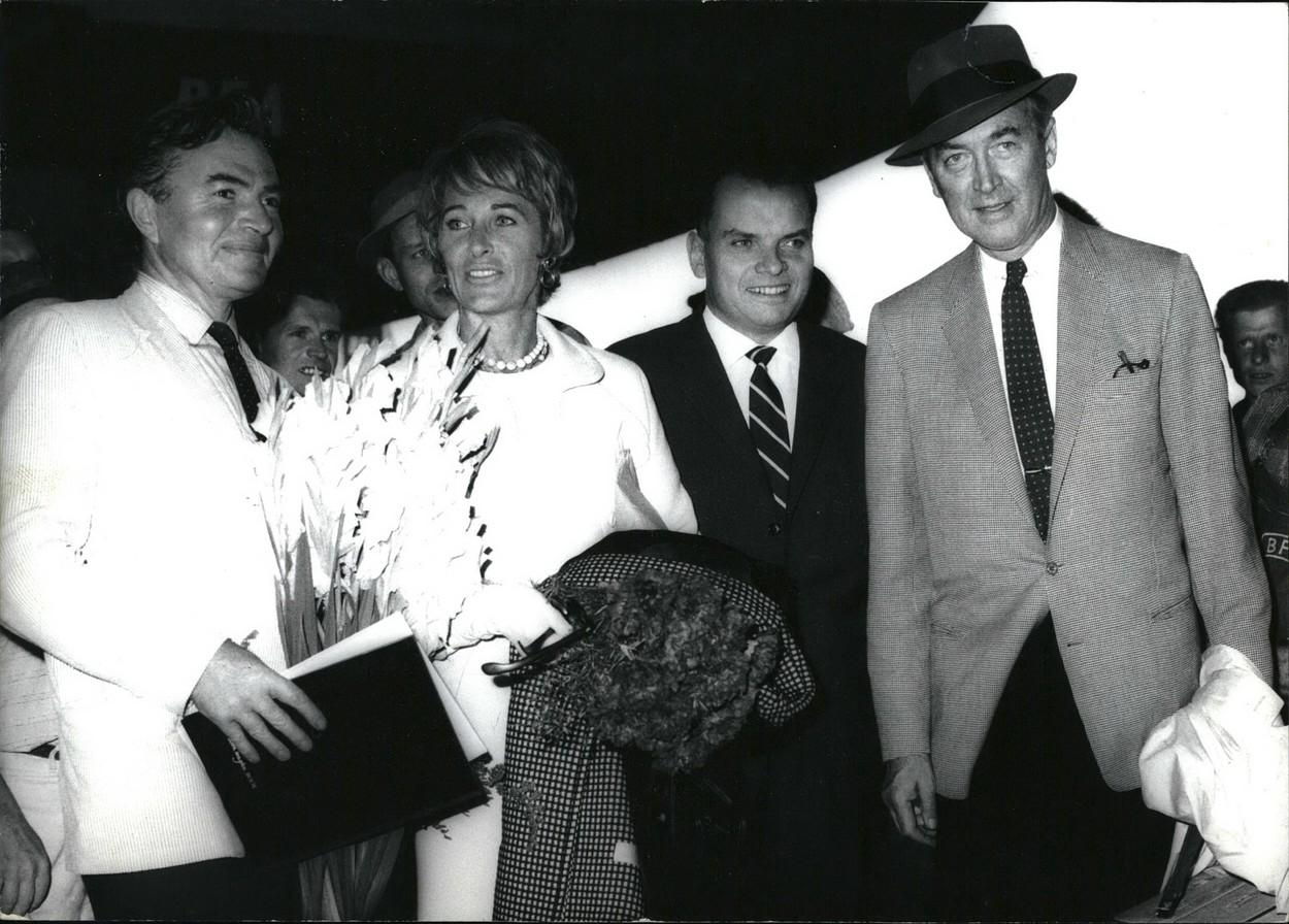 James Mason, gospođa Stewart, dr. Afred Bauer i James Stewart