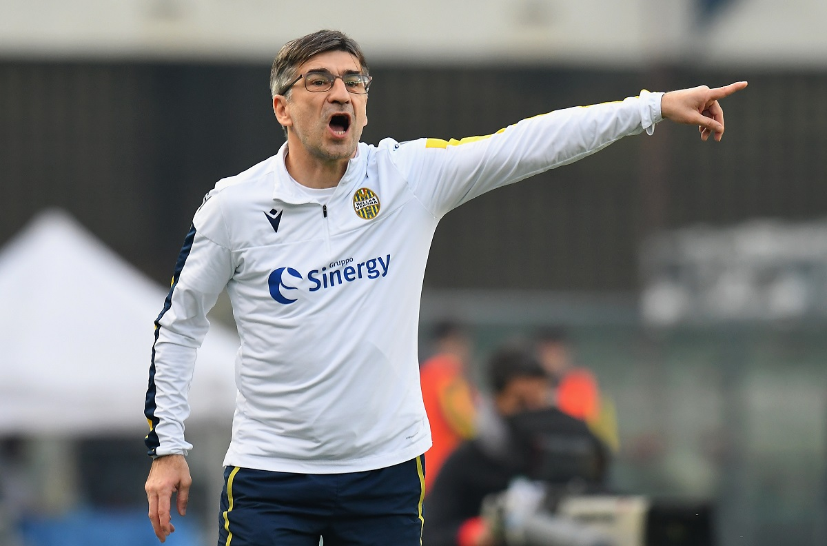 VERONA, ITALY - JANUARY 26:  Ivan Juric head coach of Hellas Verona  issues instructions to his players during the Serie A match between Hellas Verona and  US Lecce at Stadio Marcantonio Bentegodi on January 26, 2020 in Verona, Italy.  (Photo by Alessandro Sabattini/Getty Images)