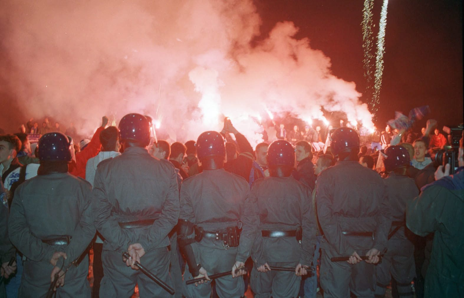 zagreb,140200 stadion u maksimiru,skupstina nk croatia (dinamo), navijaci dinama koji su ispred stadiona pozdravljali promjenu imena  foto: tomislav serdar